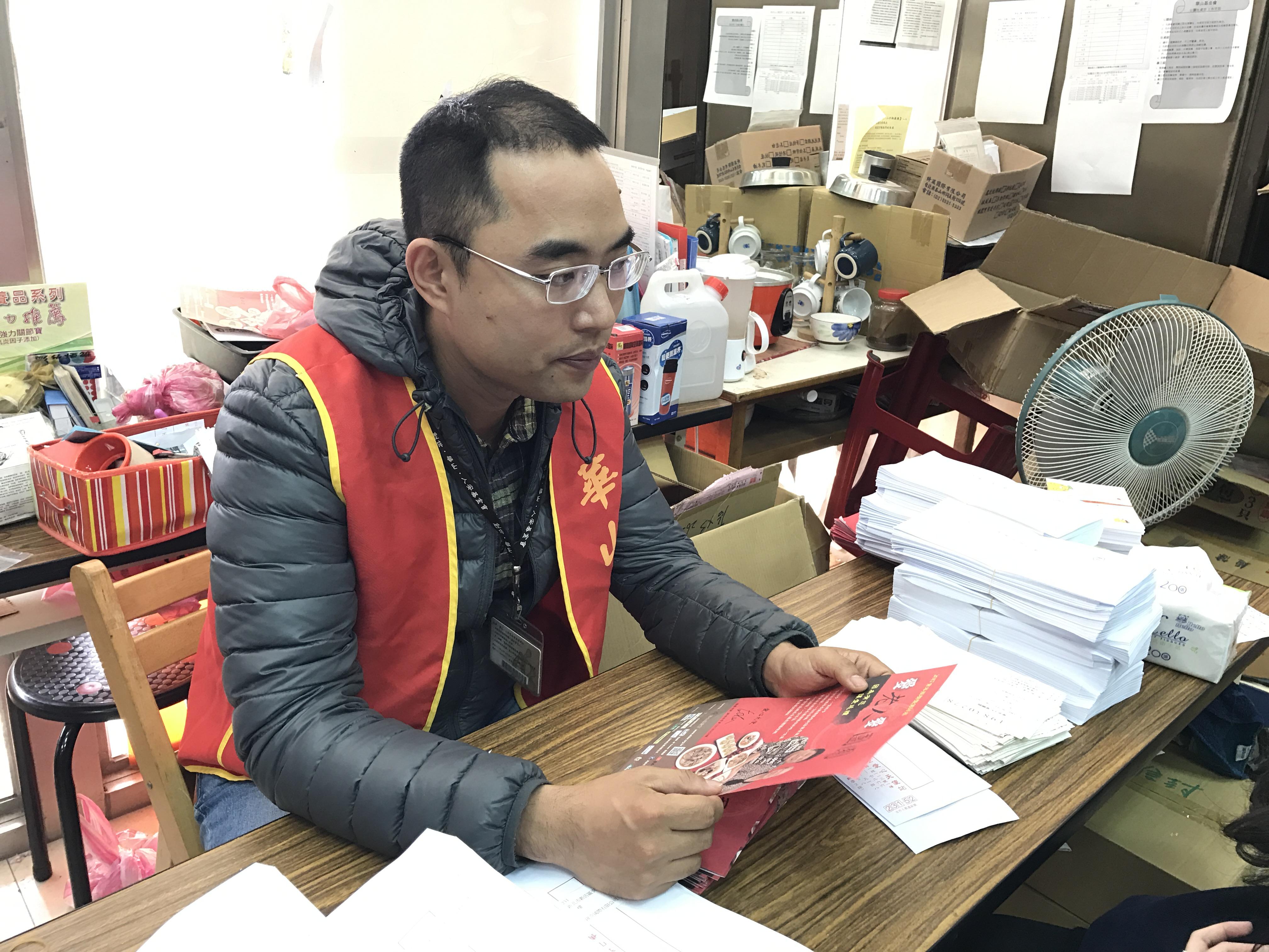 新店愛心天使站站長吳晉緯介紹愛心年夜菜的活動。攝影/沈鈺琪