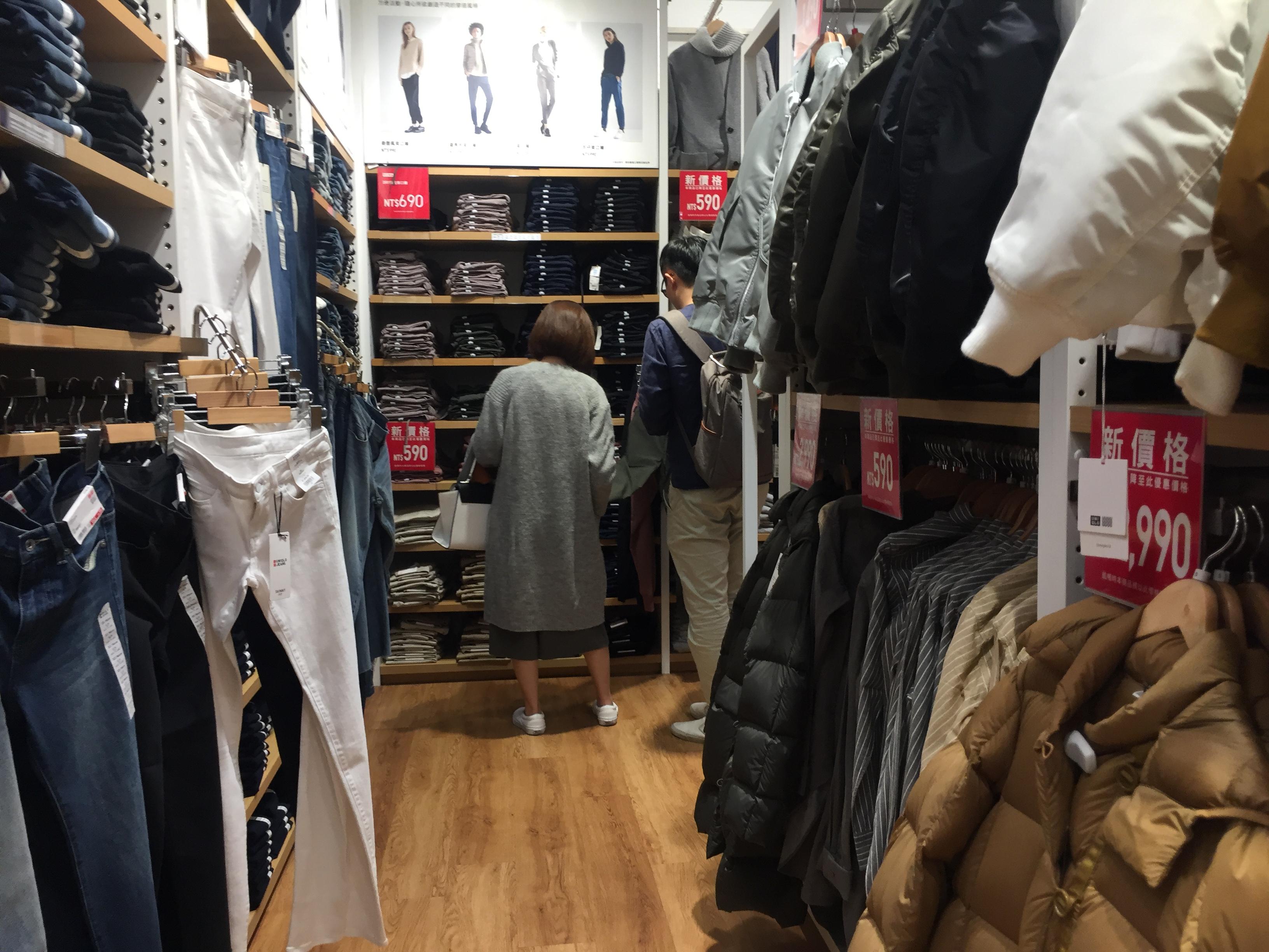 冬天將至,民眾選購禦寒衣物。攝影/謝明晏。