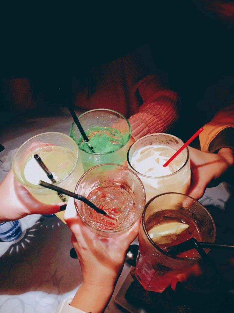 許多人選擇三、五好友一起待在家裡過年。
