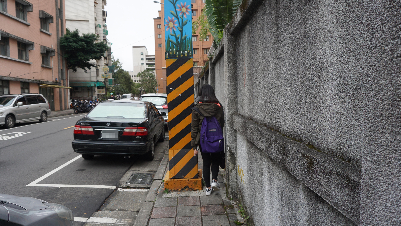 因人行道小於1公尺,再加上電線桿的阻擋,使一個人過去都有點勉強。攝影/陳心亭