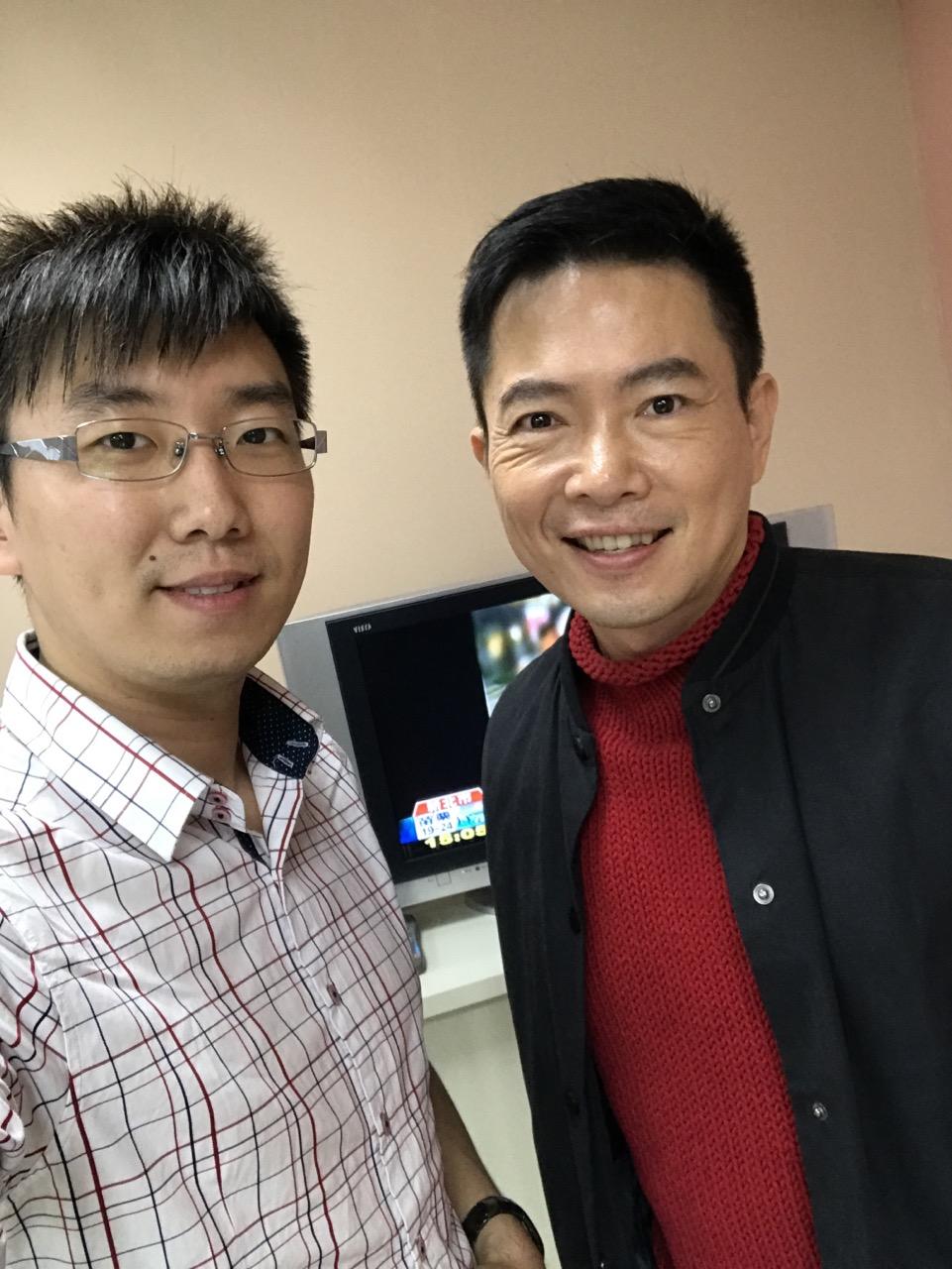 許哲瑜在擔任華視國際編譯期間,與主播合照。照片提供/許哲瑜