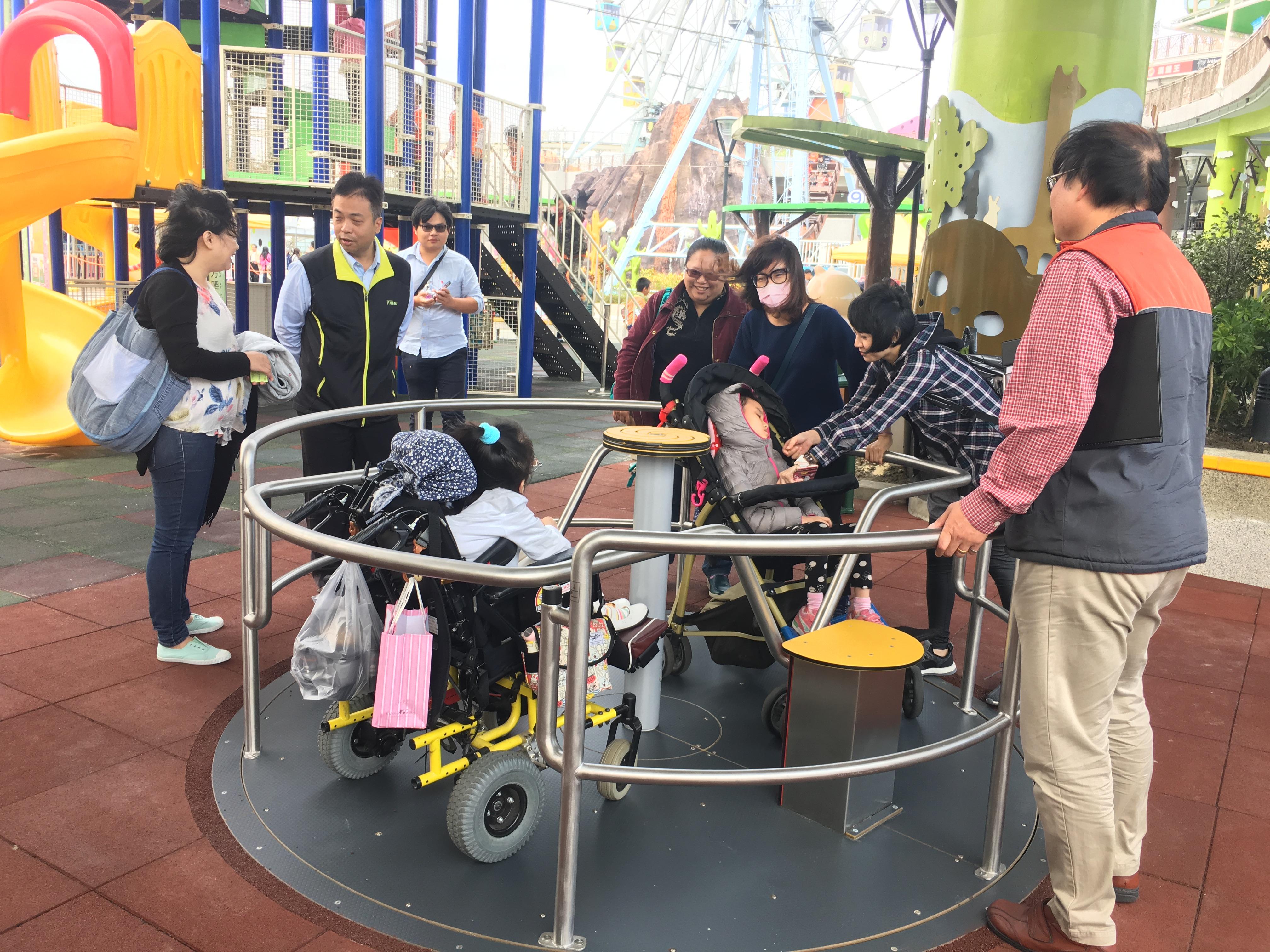 共融性轉盤,可以讓行動不便的孩童與一般孩童進入轉盤旋轉。攝影/洪羽潔