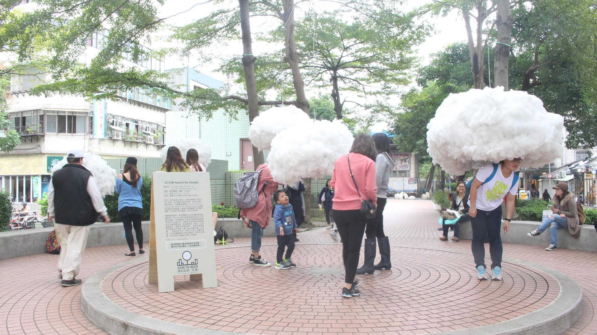 捷運中山站旁,「白日夢」打造出夢幻氛圍,吸引民眾互動。 攝影/蔡曉松