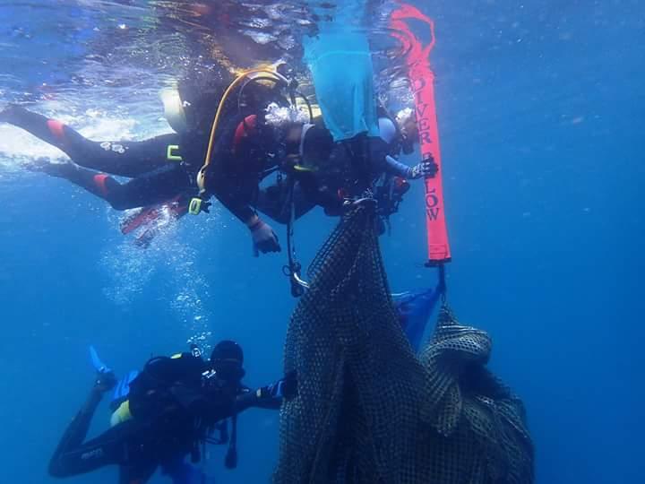 林祐平一行人在海中處理大型棄置漁網。 圖片提供/林祐平