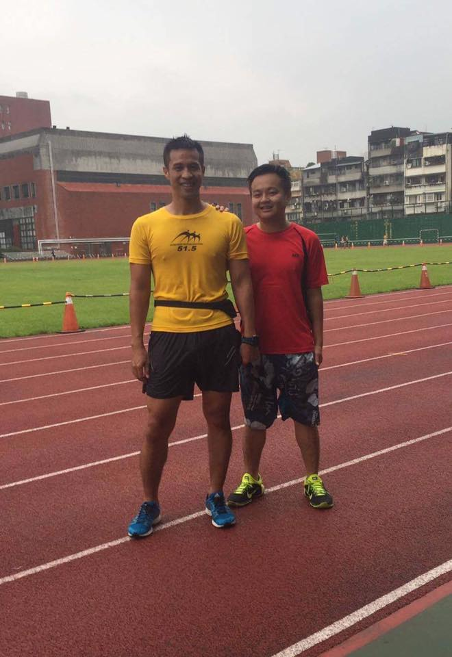 呂冠霖(右)與王俊智(左)利用休假時間於師大操場練習、陪跑。 圖片提供/呂冠霖