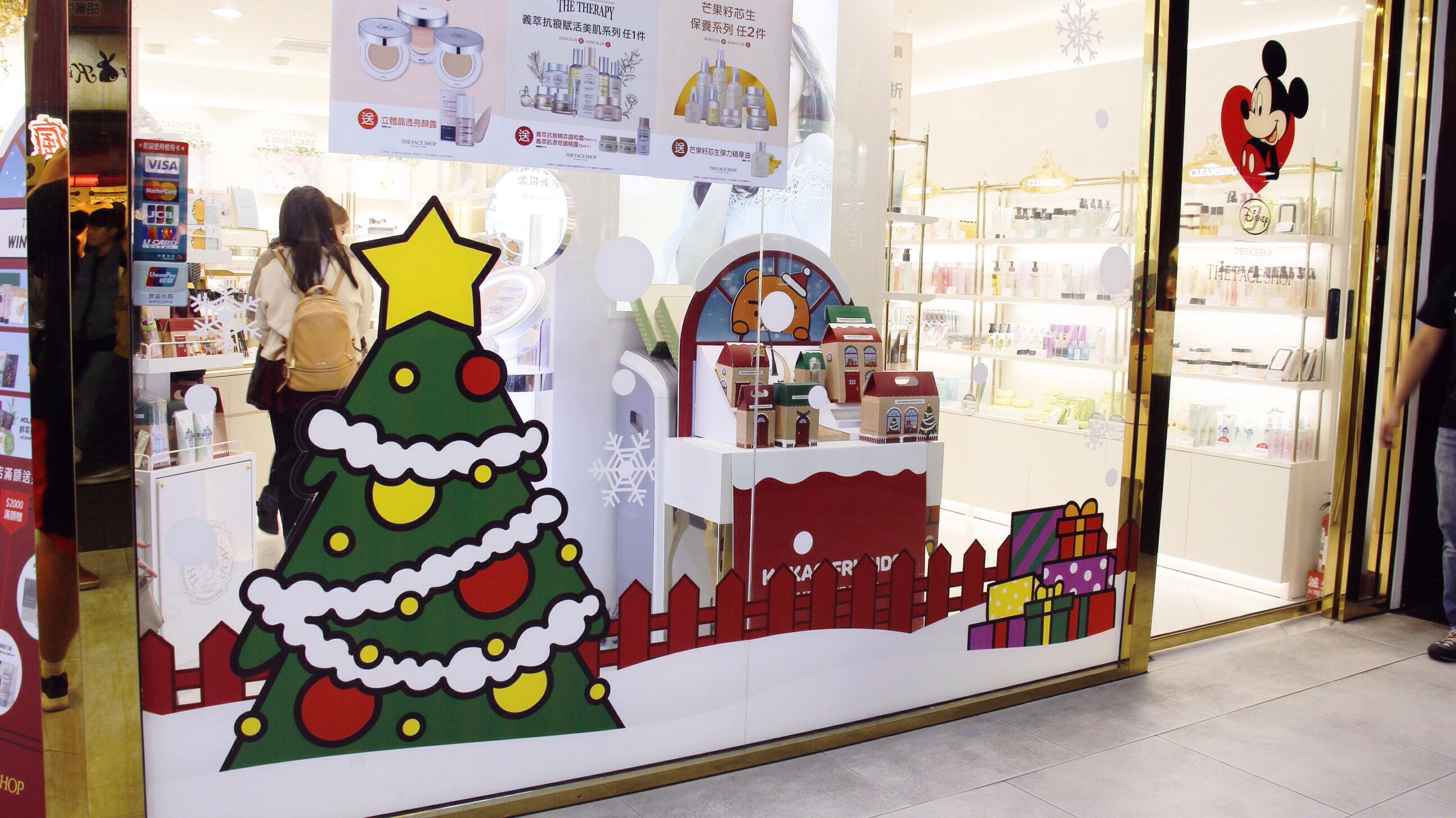 隨聖誕節來臨,店家多會在櫥窗做裝飾吸引消費者,增加聖誕商品買氣。 攝影/張子怡