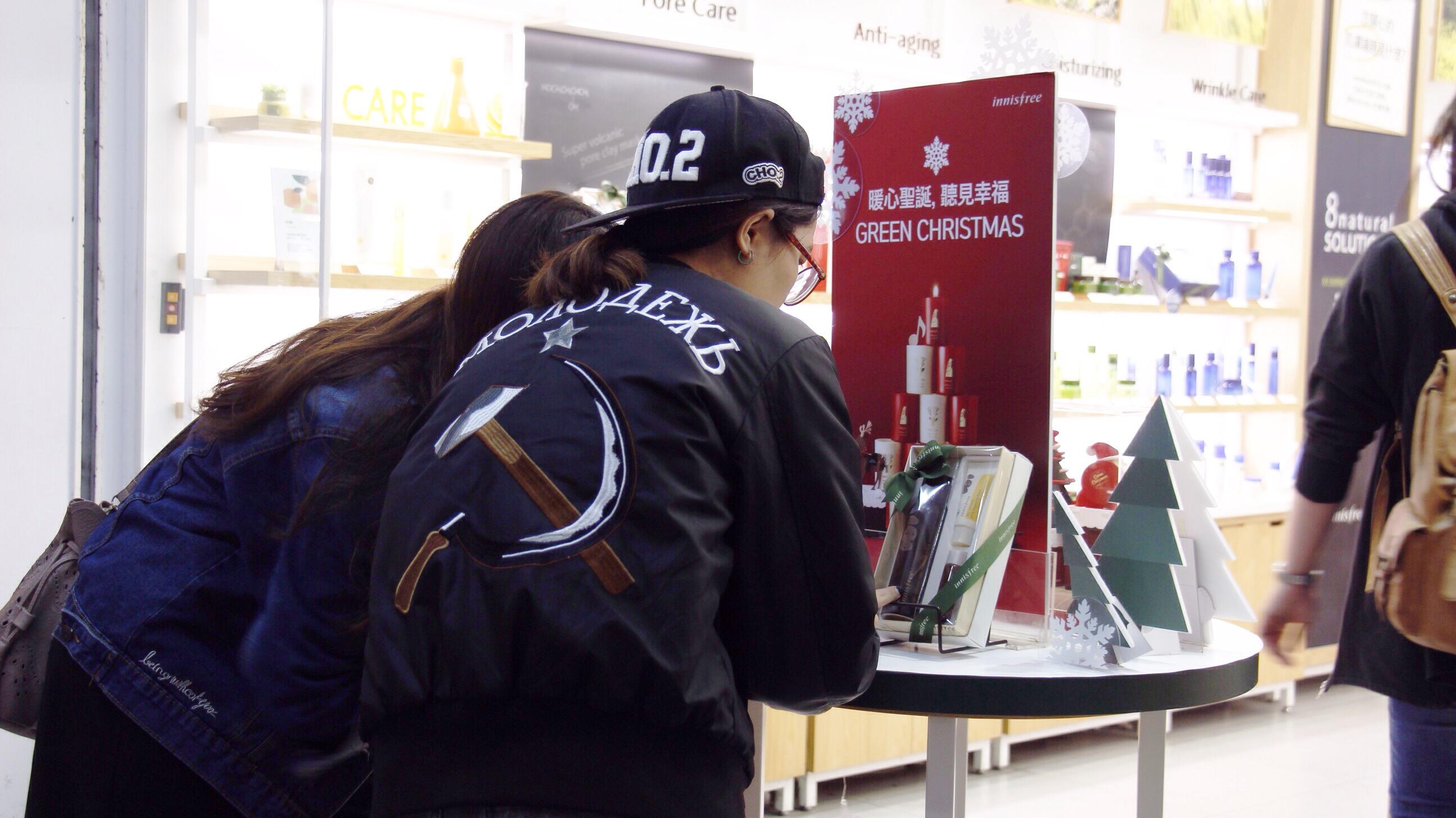 聖誕節為送禮季,店家多會推出相關限定商品或是禮品套組提供民眾選購。 攝影/張子怡