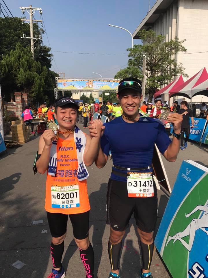 呂冠霖(左)與王俊智(右)奪下半馬23公里視障組冠軍。 圖片提供/呂冠霖