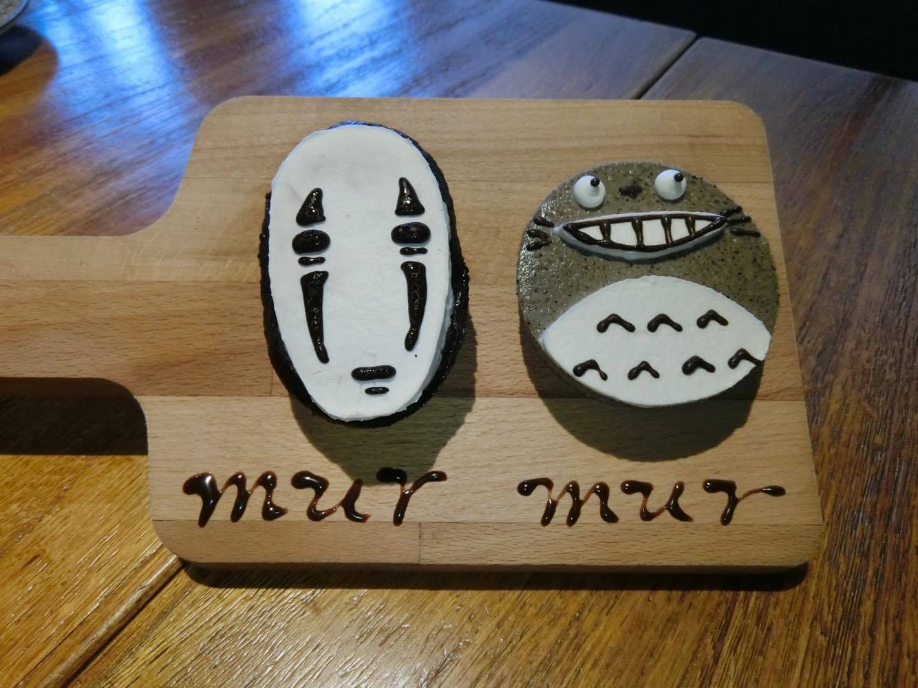 療癒的手工隱藏版古典巧克力(左)及芝麻乳酪口味(右),無臉男(左)及龍貓(右)。攝影/段羽柔