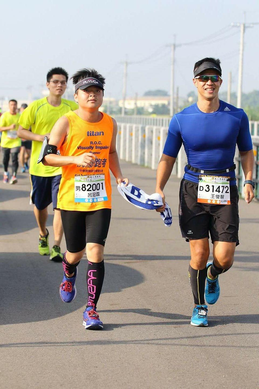 呂冠霖 (左)與王俊智(右)警員一同參加虎尾馬拉松超半馬賽事。 圖片提供/呂冠霖