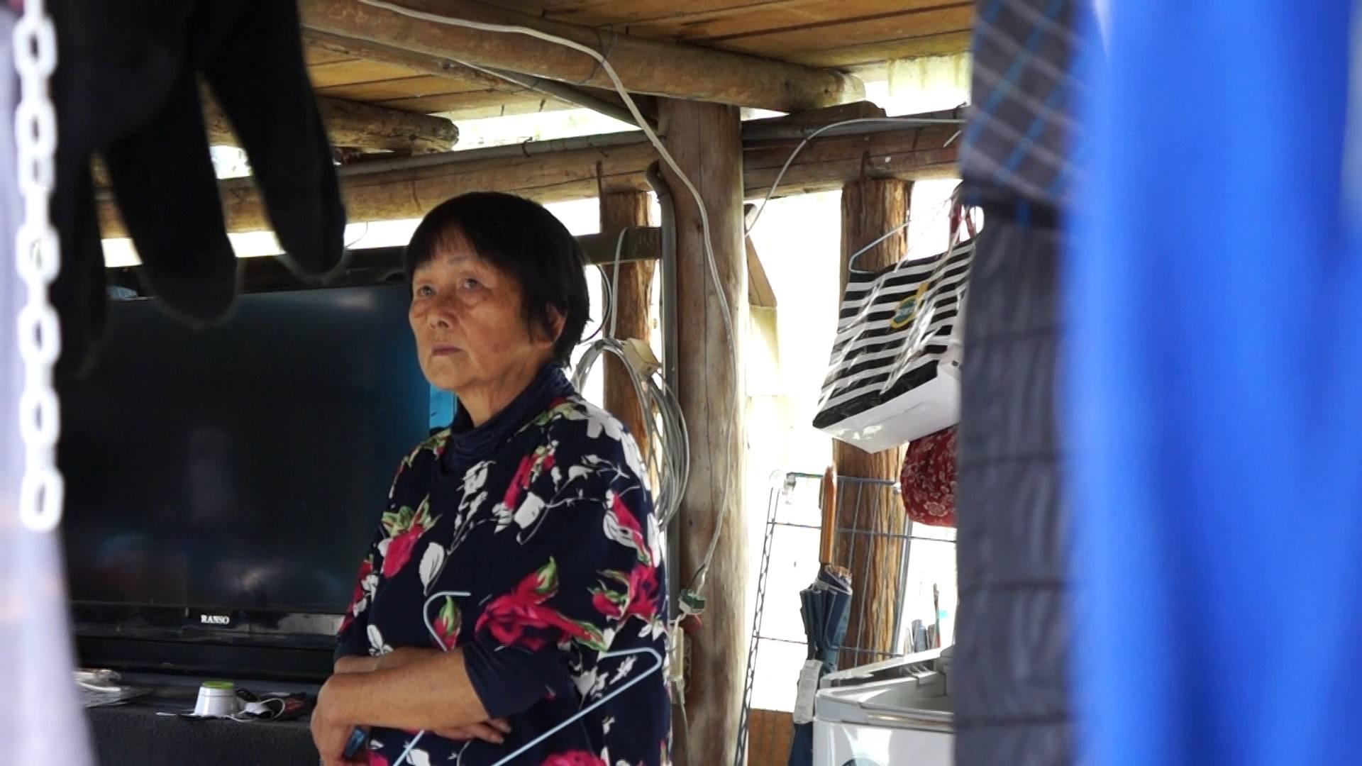 白媽媽想到原本的住所被颱風摧毀,感到憂心忡忡。攝影/劉羽恒。