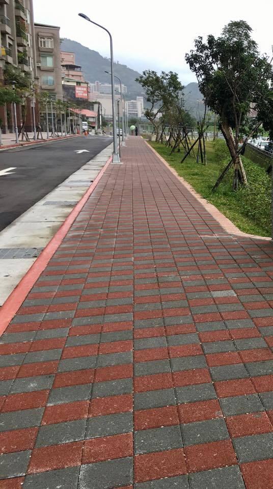 公園的人行道鋪面採用透水磚,能讓水還原於地下。攝影/劉蕙瑀