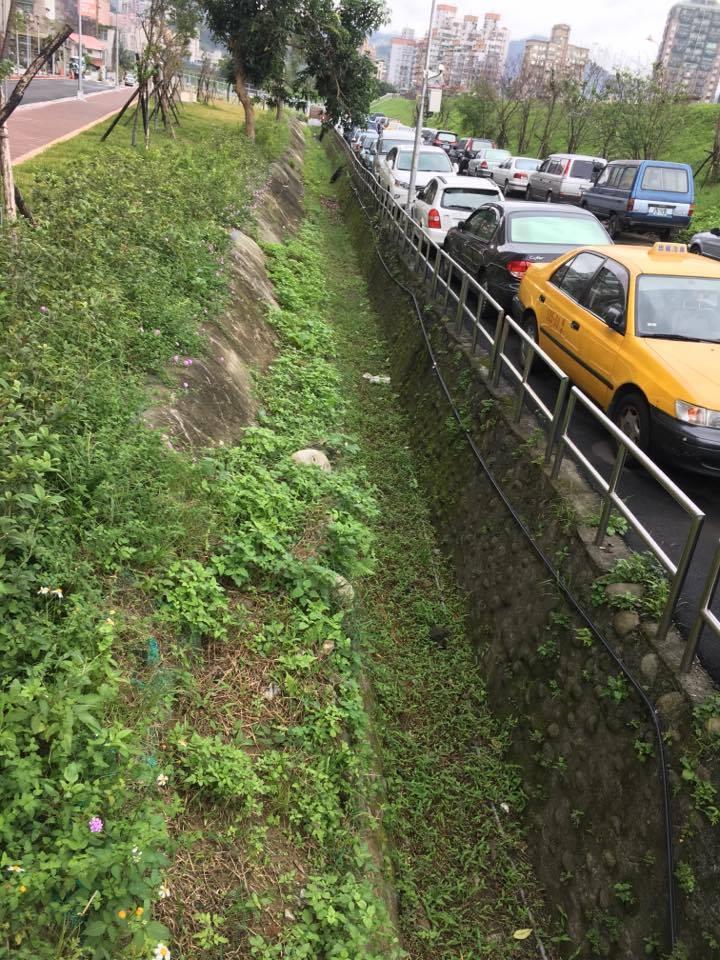 道路旁採用滲透性的側溝,能減輕下游排水的負擔。攝影/劉蕙瑀