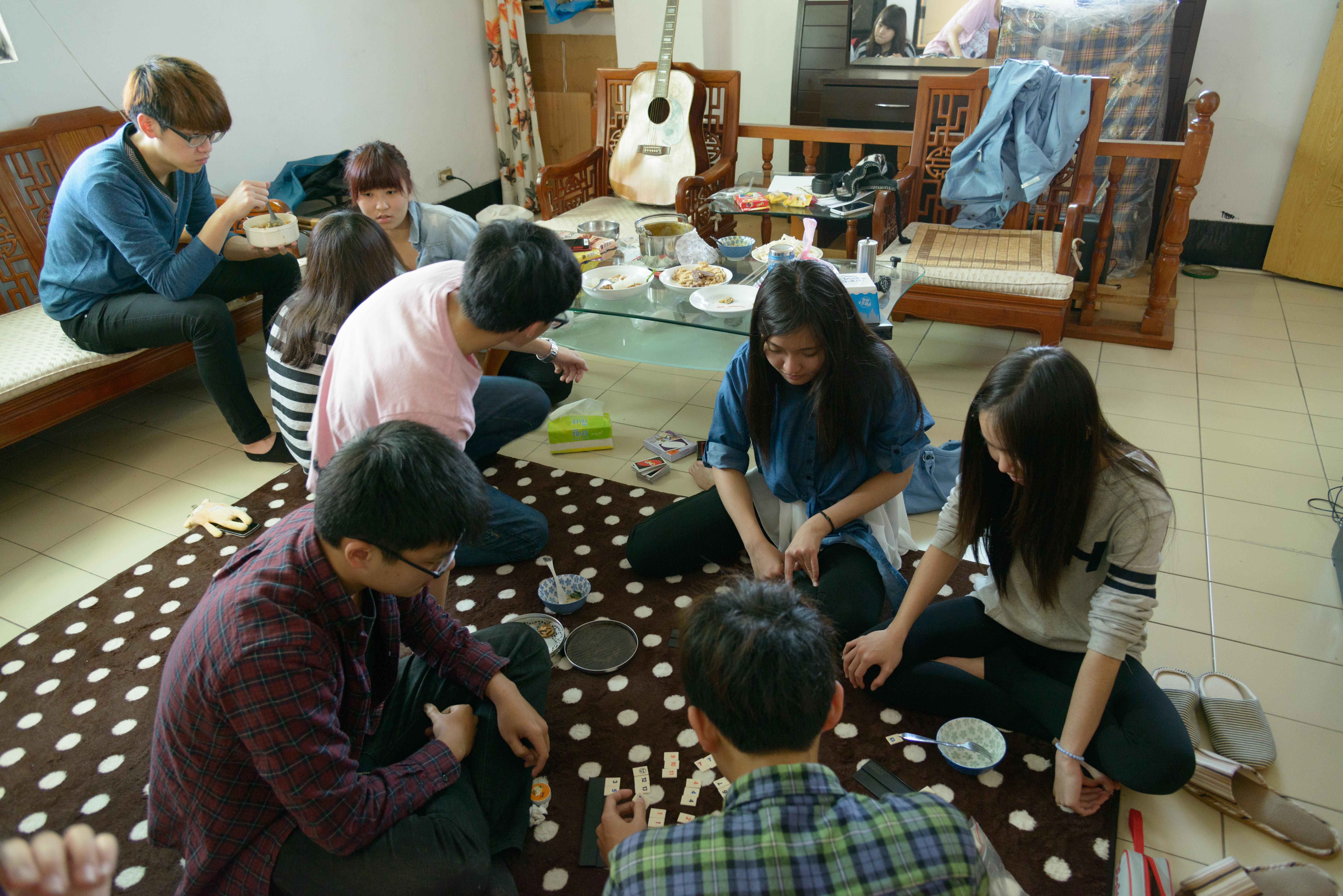 大三的王同學、劉同學和鄭同學要聚在朋友家玩桌遊跨年。(示意圖)圖片提供/邱昱勳