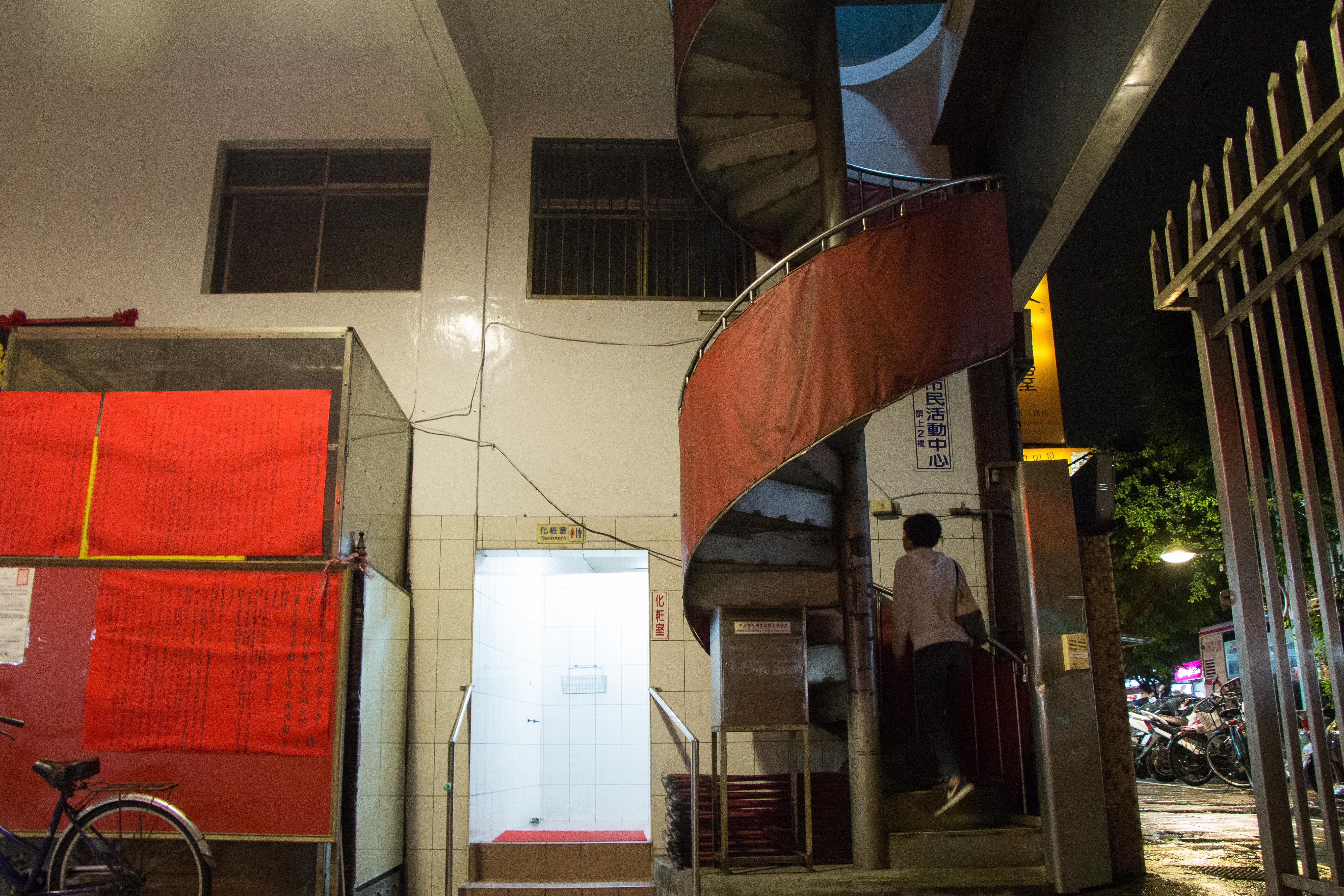 通往二樓的唯一道路,是一條蜿蜒又窄小的樓梯。攝影/李振均