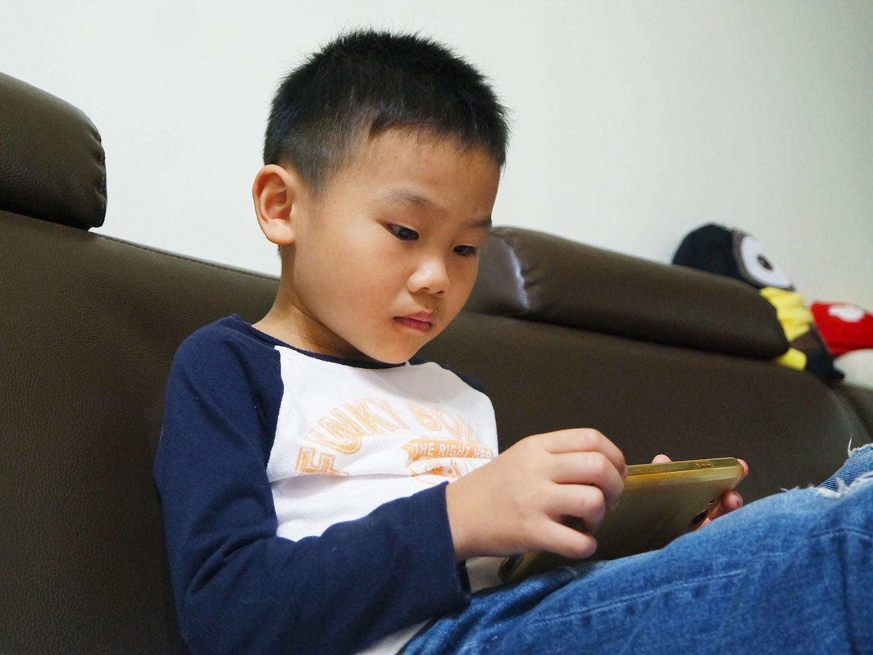 孩童與電子產品關係密不可分,家長應多注意孩童使用時間。攝影/劉品彣