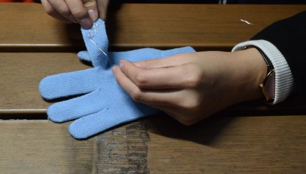 在手套的指尖位置加入金屬物料或縫上銀線,也能DIY做出觸控手套。攝影/邱曉昱