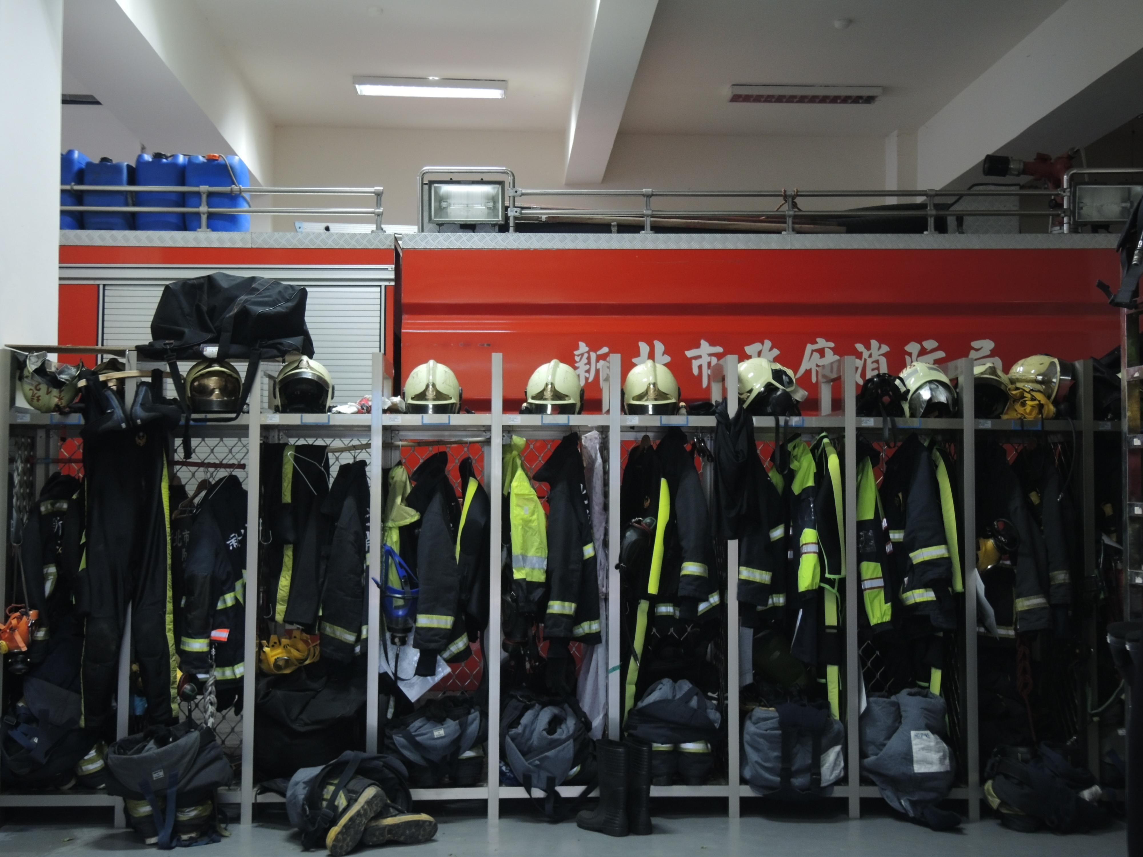 新店分隊每3年將汰換一次消防衣。攝影/韋可琦