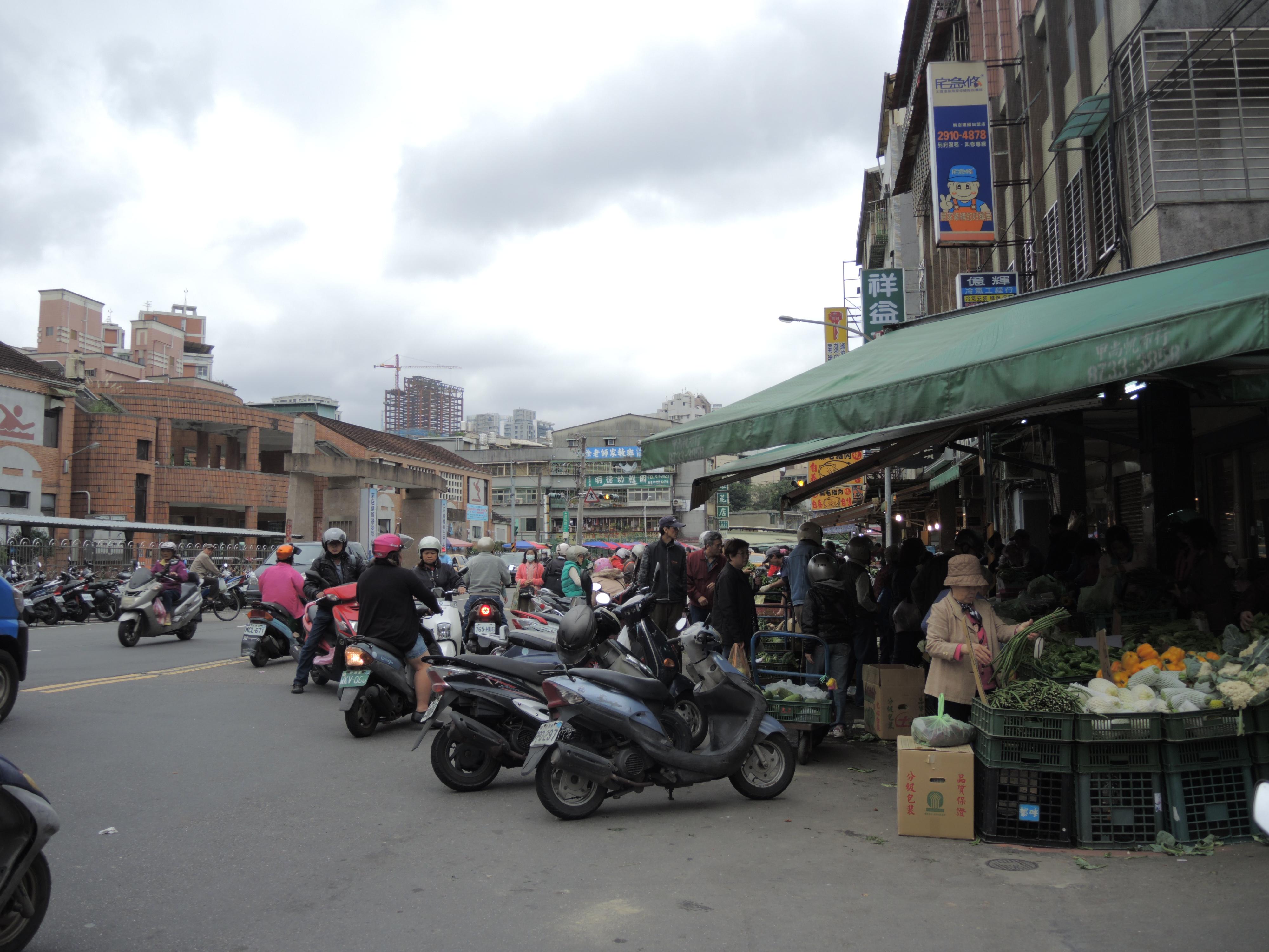 傳統菜市場的交通亂像已經是常態。攝影/韋可琦