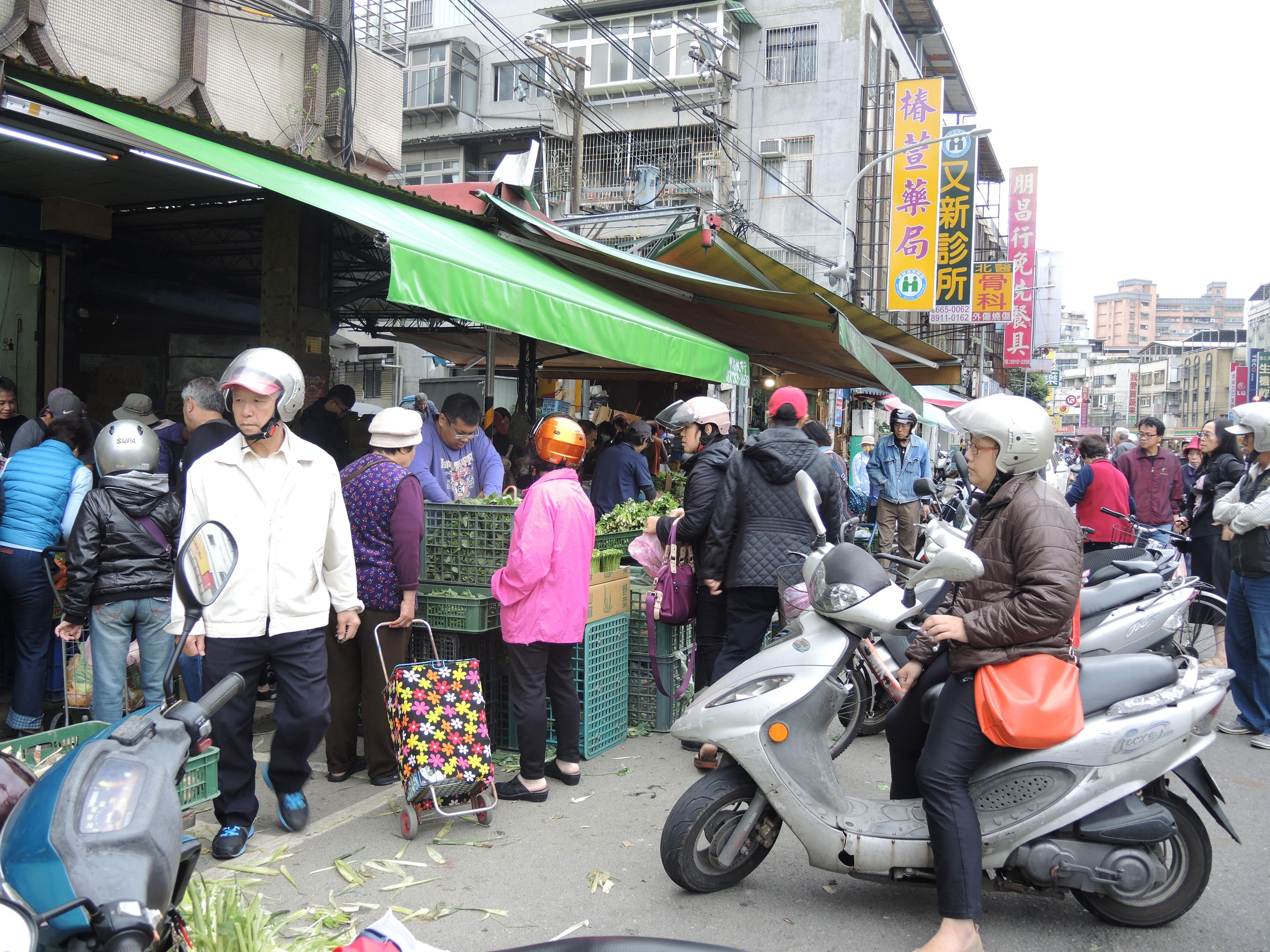 許多民眾貪圖方便把機車停在路旁到市場買菜。攝影/韋可琦