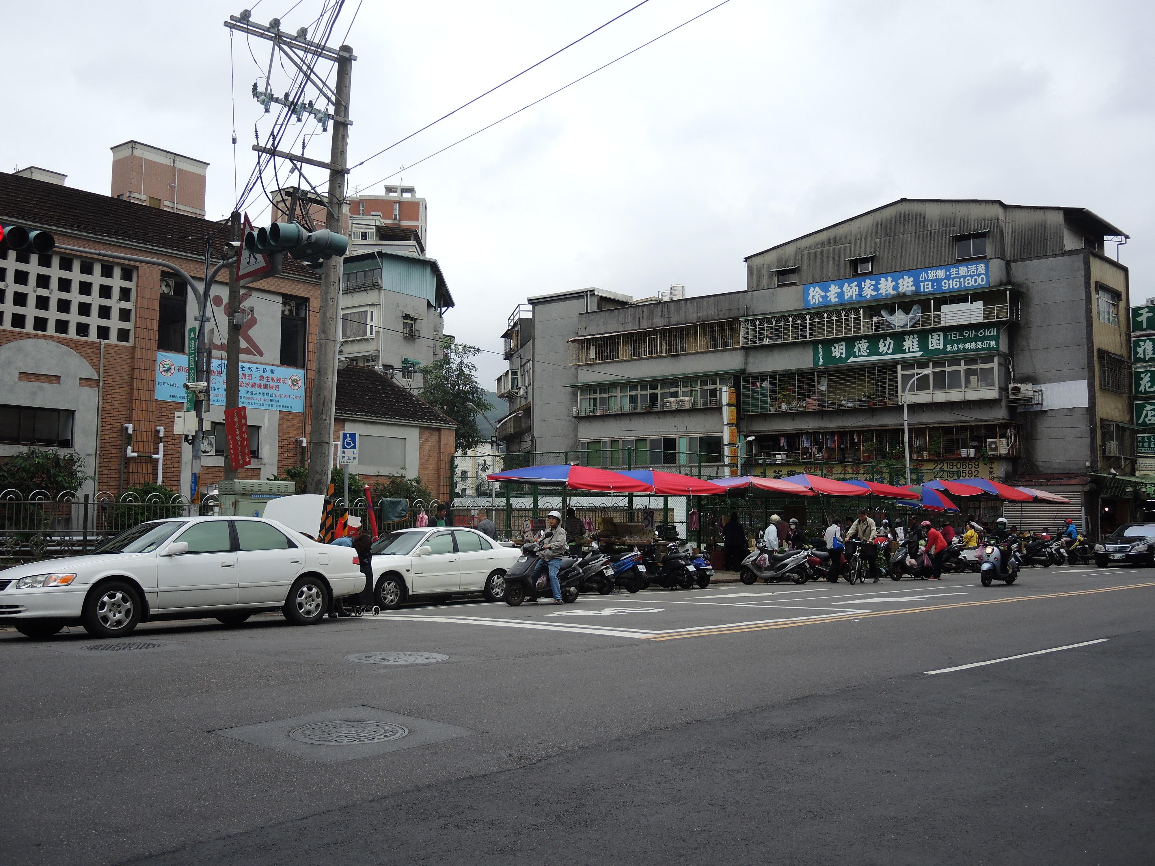 建國路集合攤販市場合法在人行道設攤,惟需保持一半的人行道供民眾通行。攝影/韋可琦