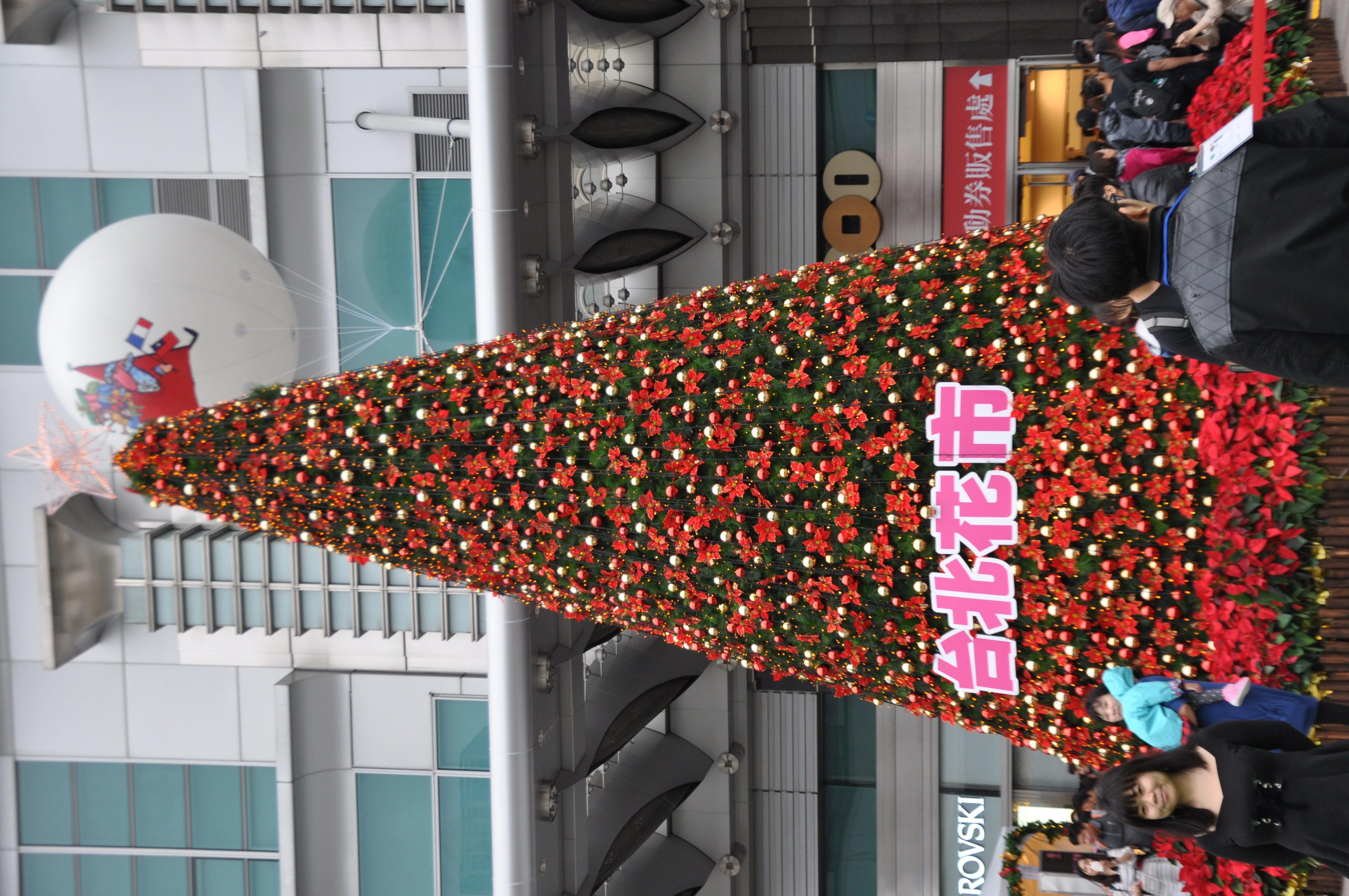 現場聖誕樹上掛著「台北花市」贊助板。攝影/李玟逸