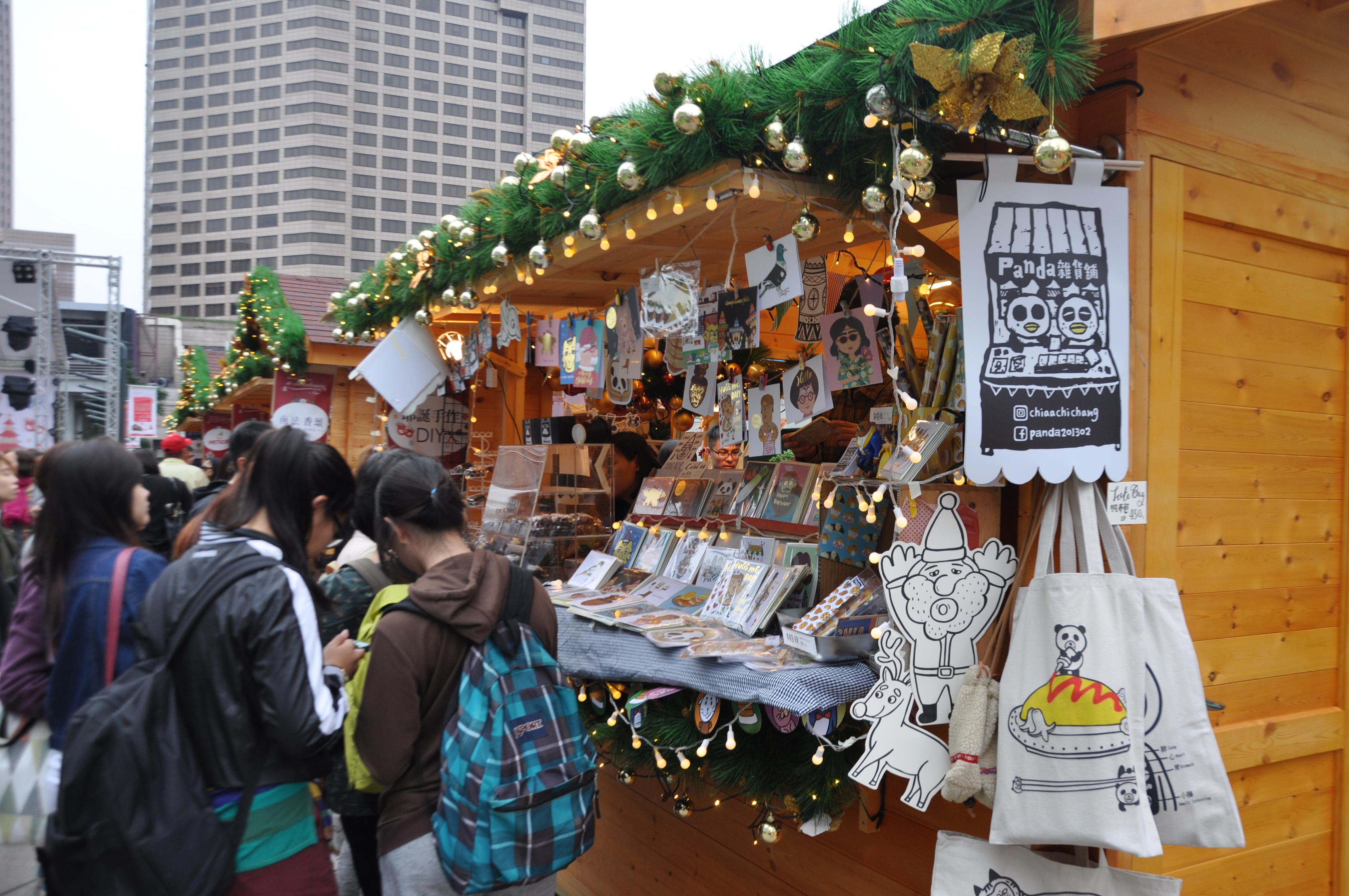 現場小木屋販售許多種耶誕賀卡。攝影/李玟逸