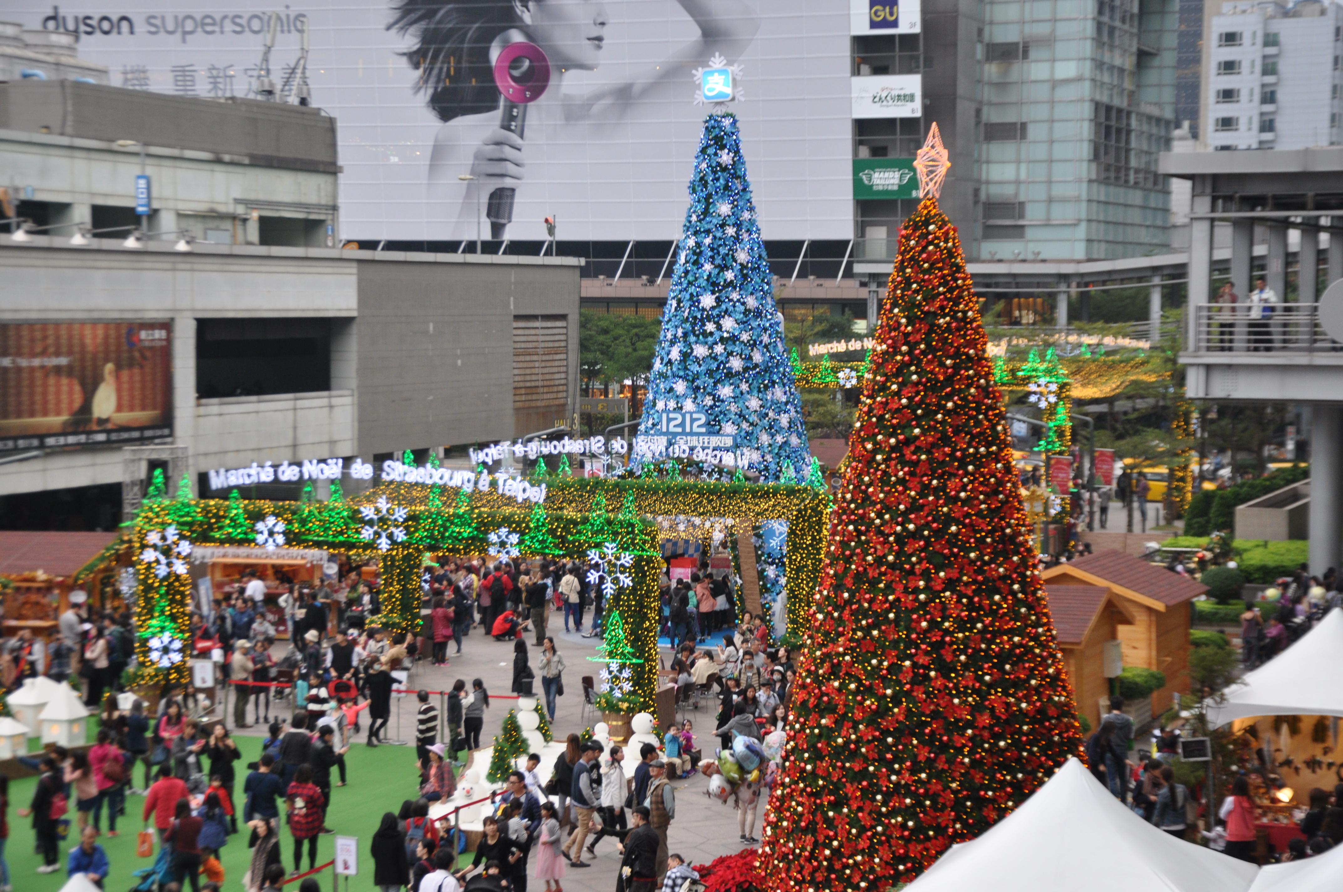 史特拉斯耶誕市集仍有許多民眾前去參與。攝影/李玟逸