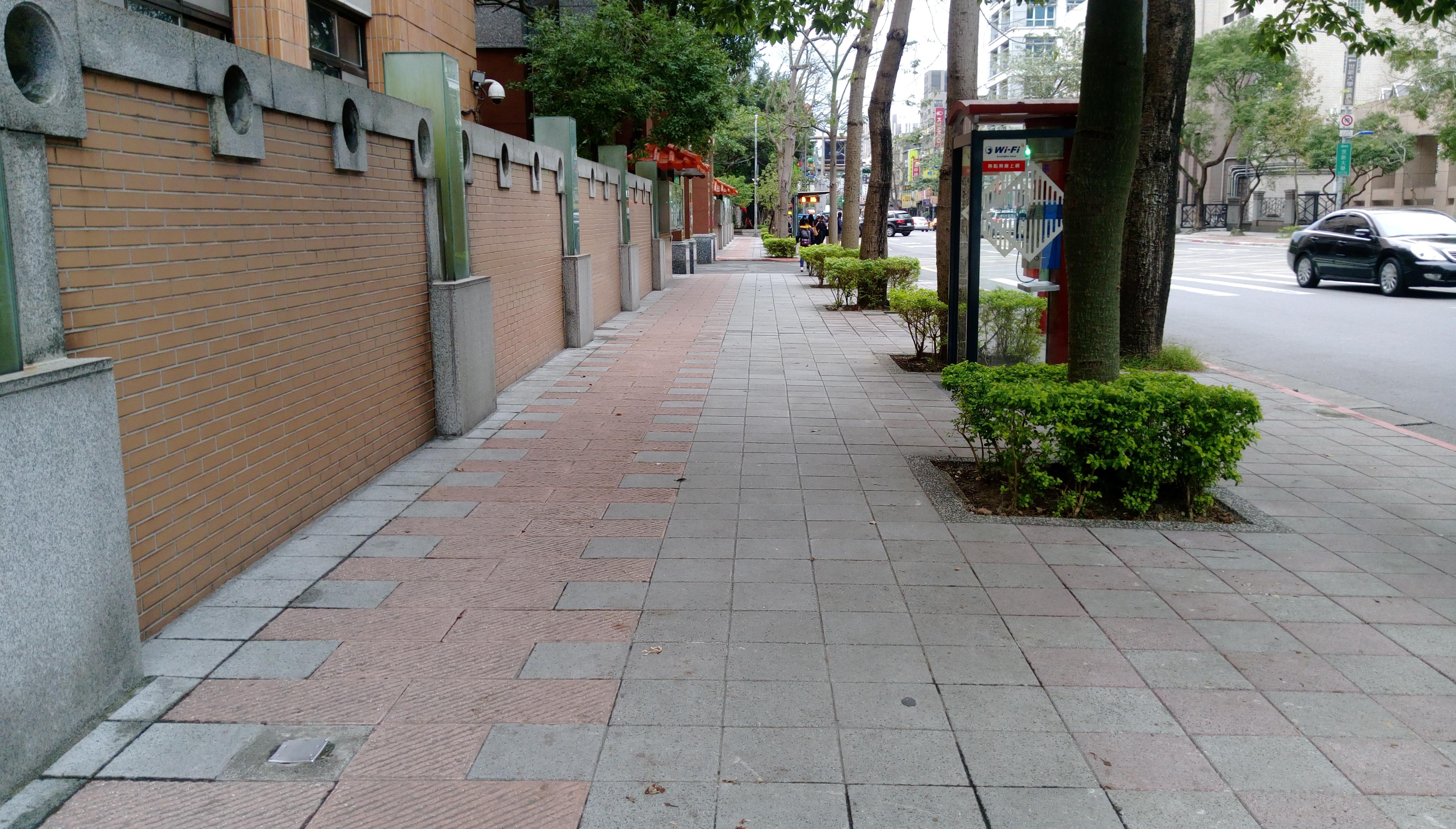 木柵路一段上的人行道相對寬敞許多。攝影/陳心亭