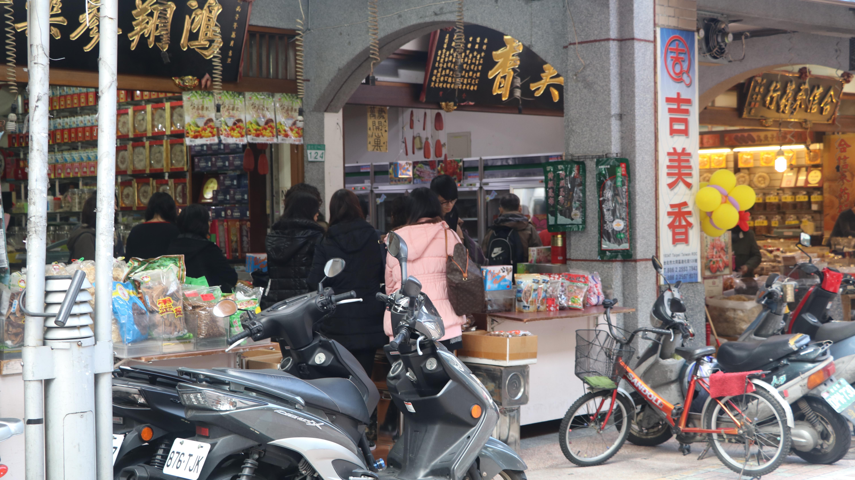 中藥店前滿是挑選藥材的民眾。 攝影/李玟逸