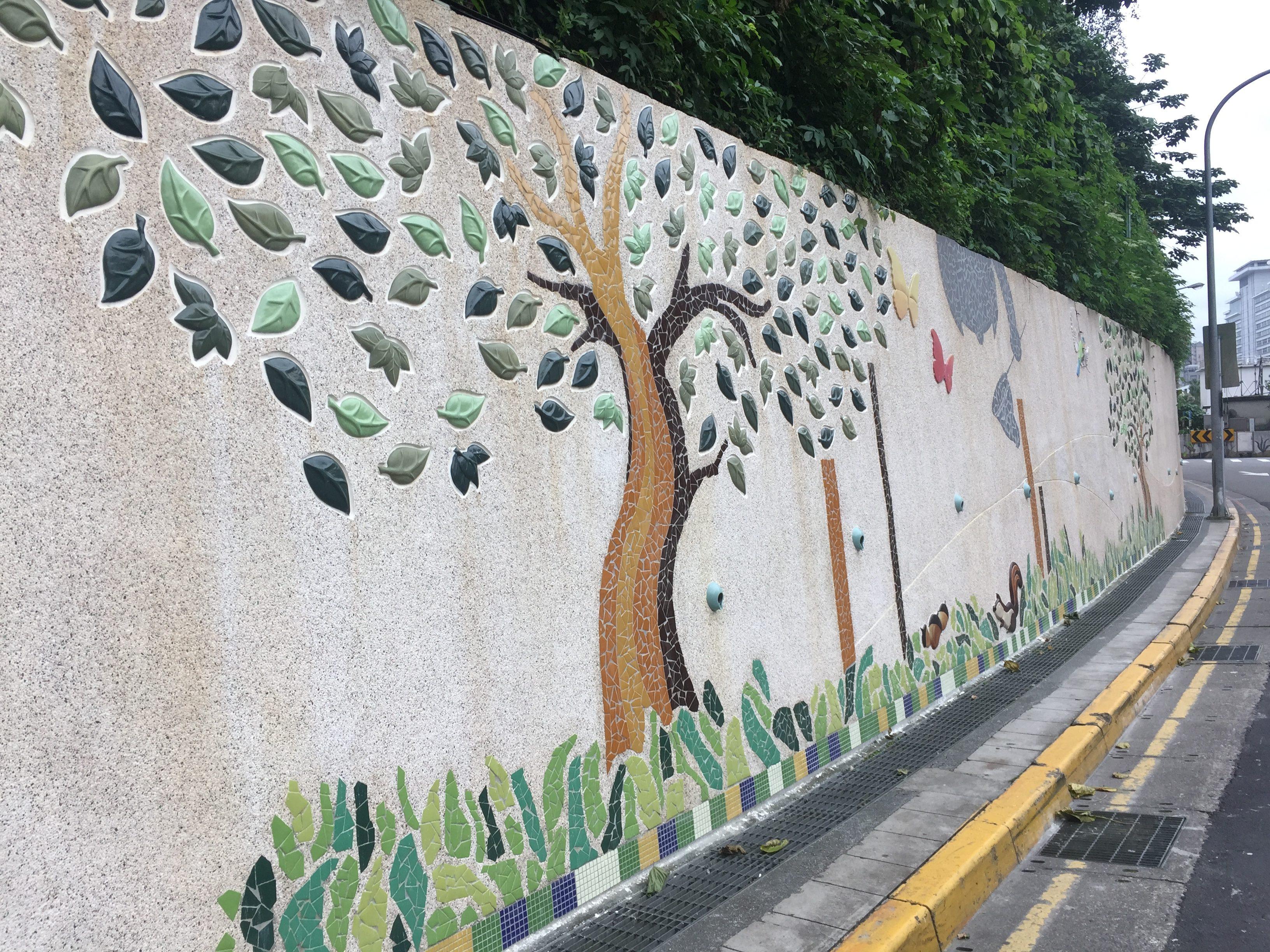 擋土牆美化結合仙跡岩的景觀,融入當地的民俗風情。攝影/孔祥智