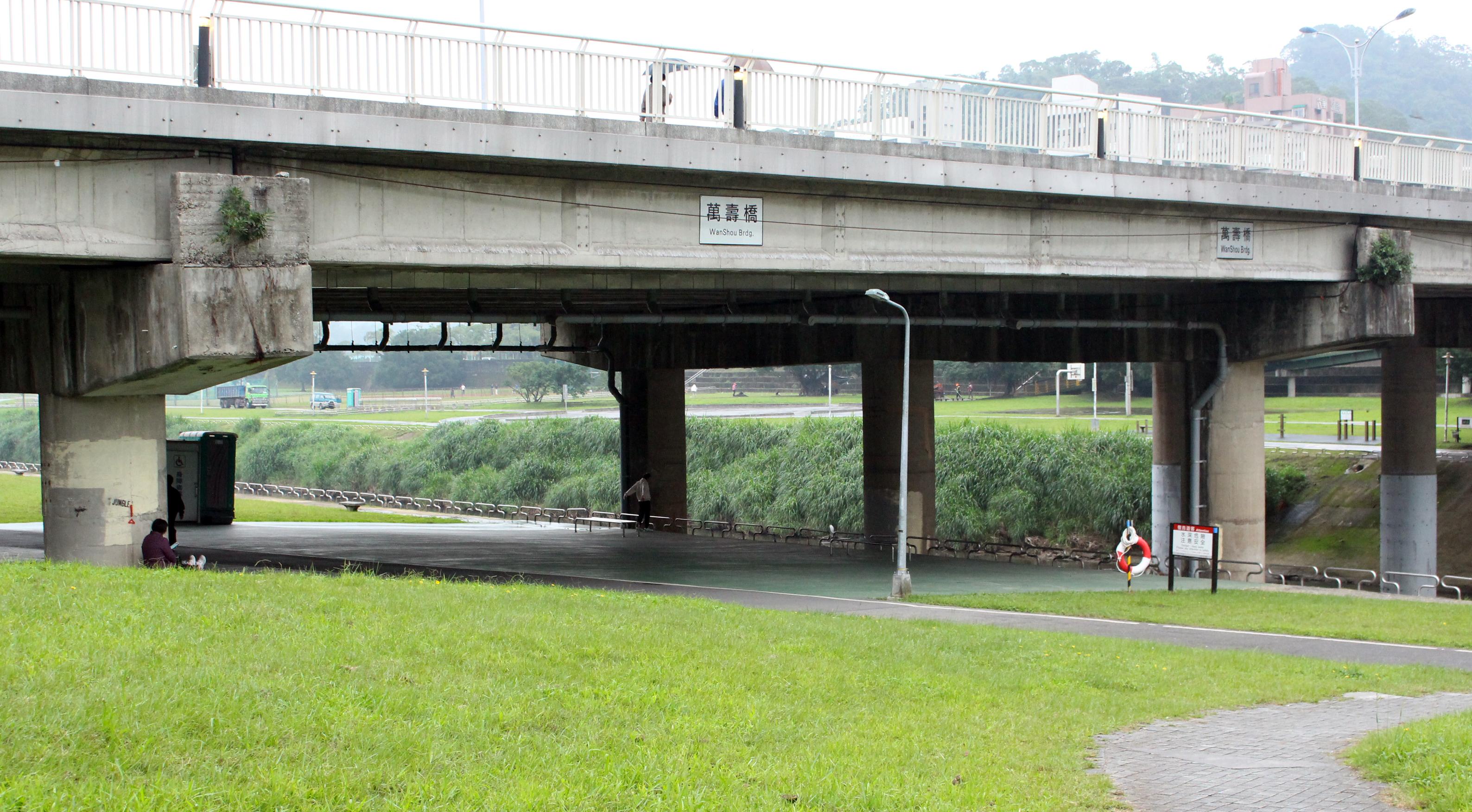 重劃區地點西鄰景美溪左岸堤防,北起萬壽橋下。攝影/鄭詠心