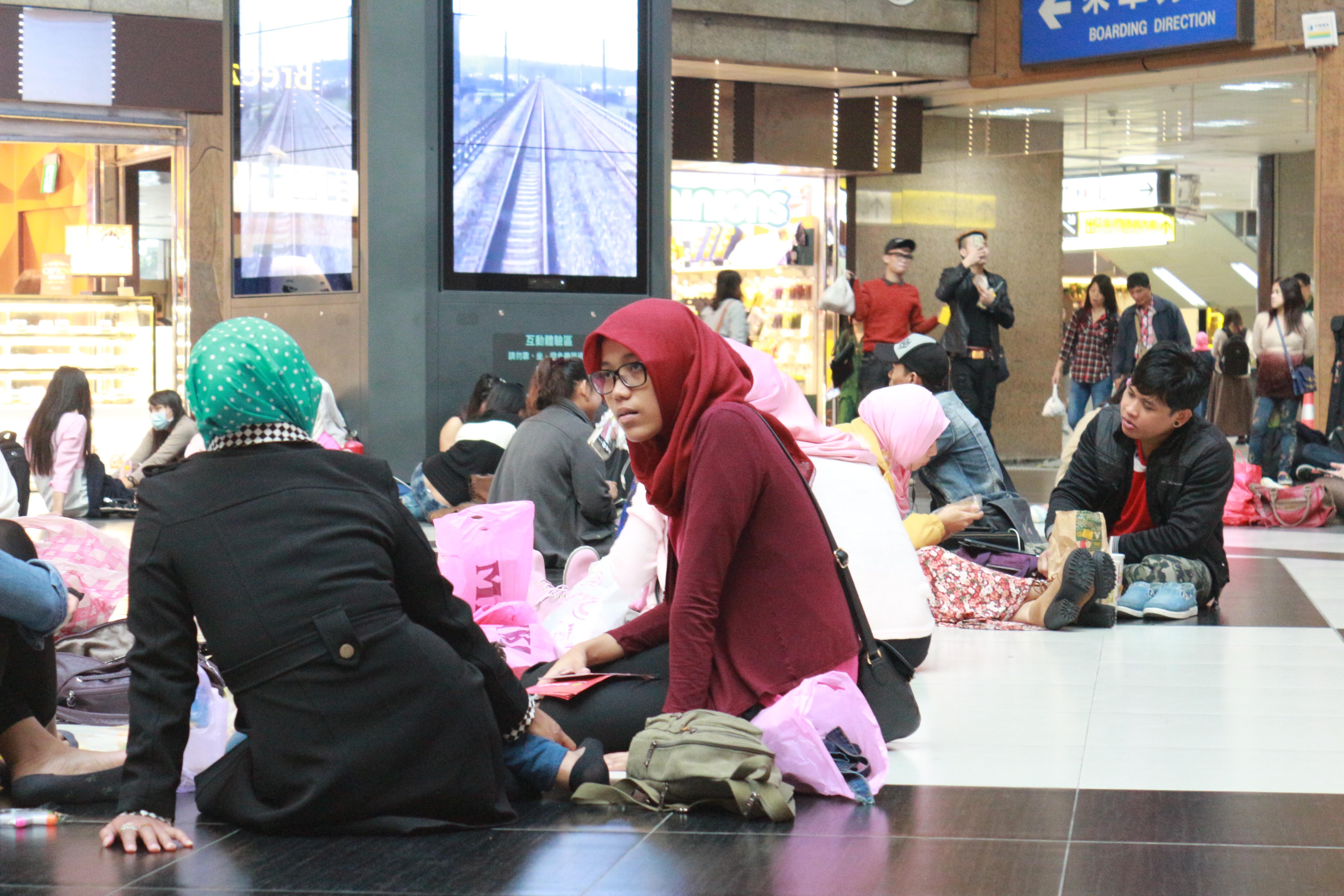 台北車站是許多穆斯林移工的聚會場所。攝影莊立誠