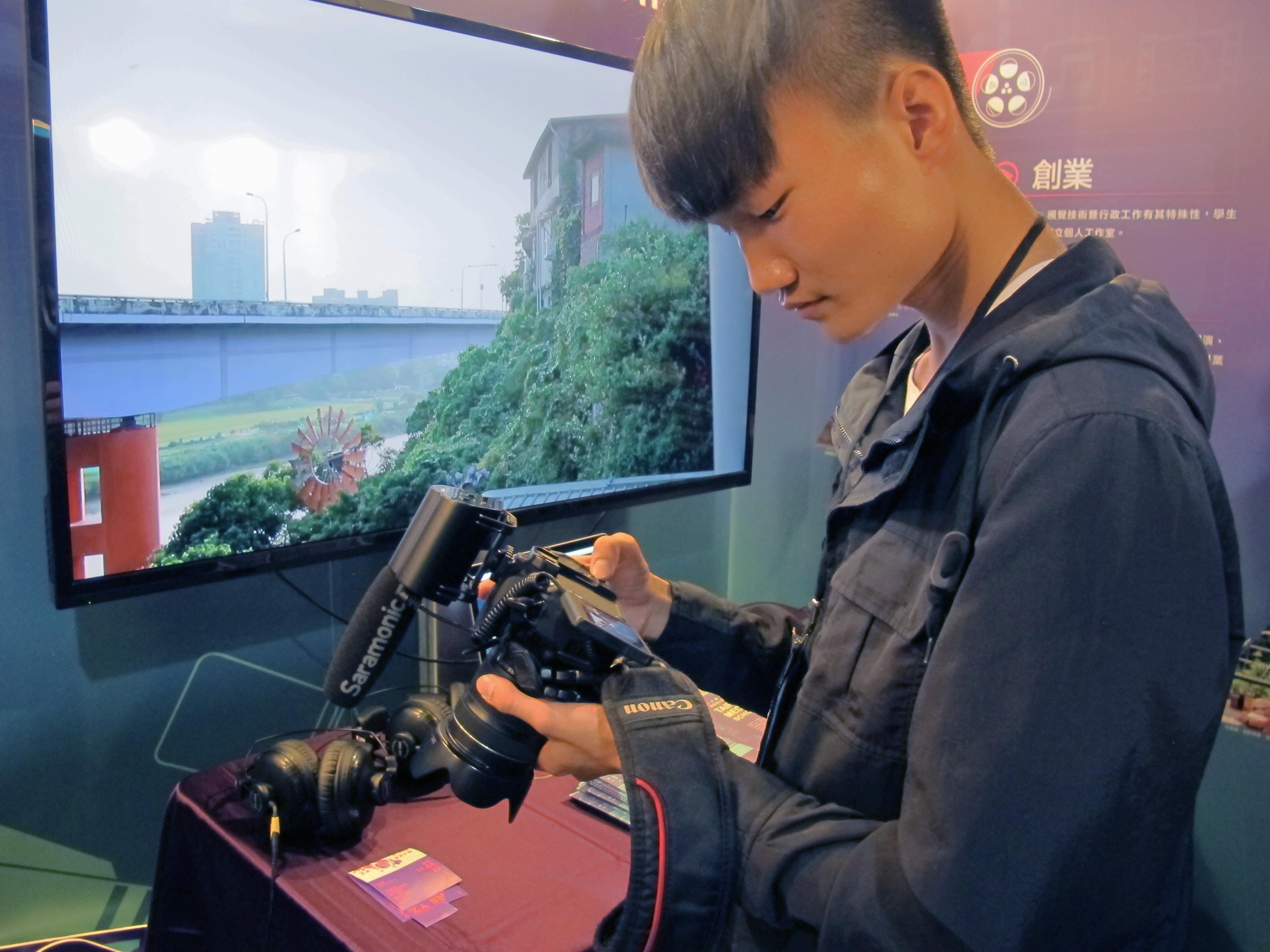丁大能使用攝影器材技巧熟練,對自己所學非常有信心。攝影/周姈姈