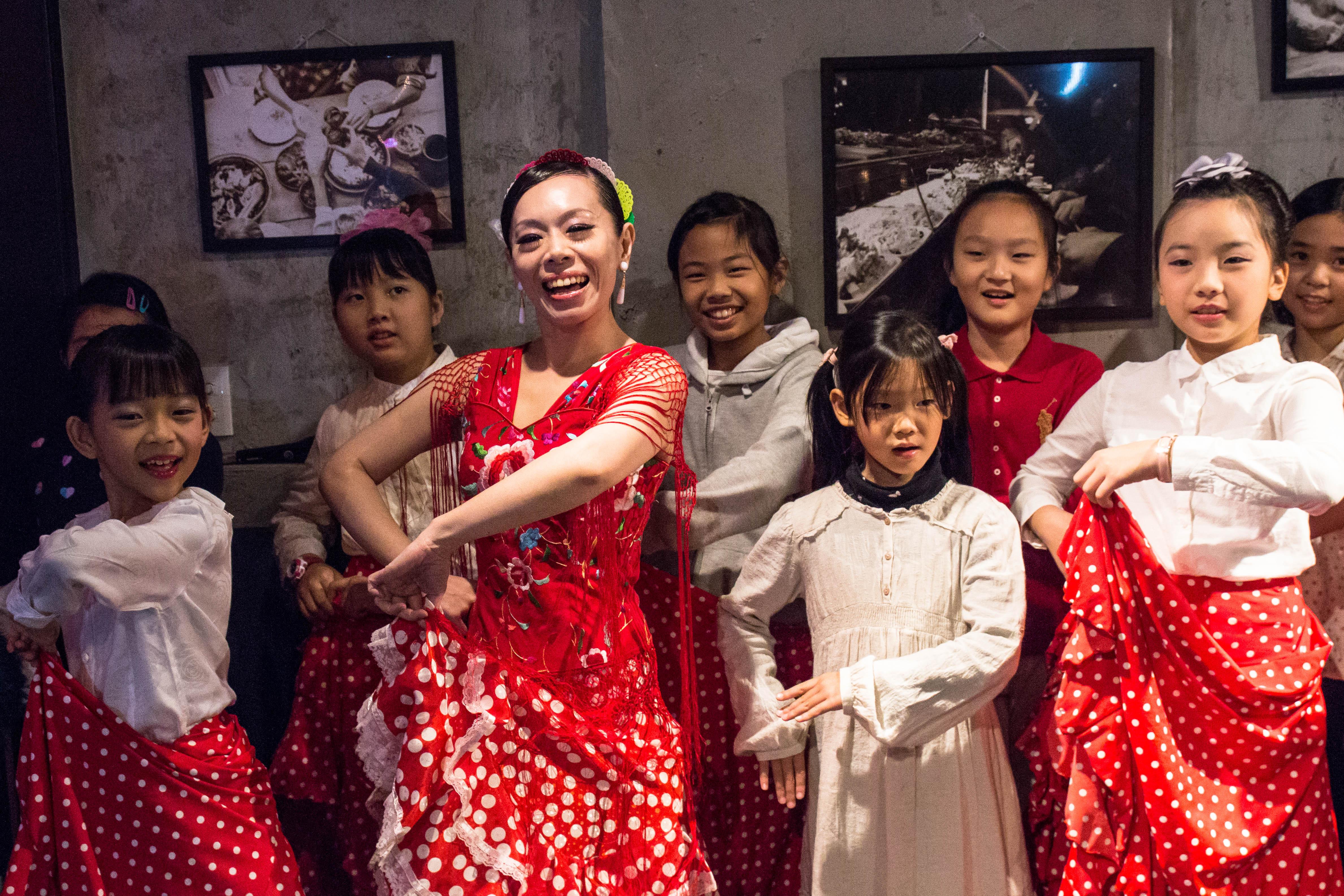 佛朗明哥舞社老師吳郁璇(VIVI)(前排左2)致力將異國文化融入生活,用心安排期末演出。攝影/高子涵