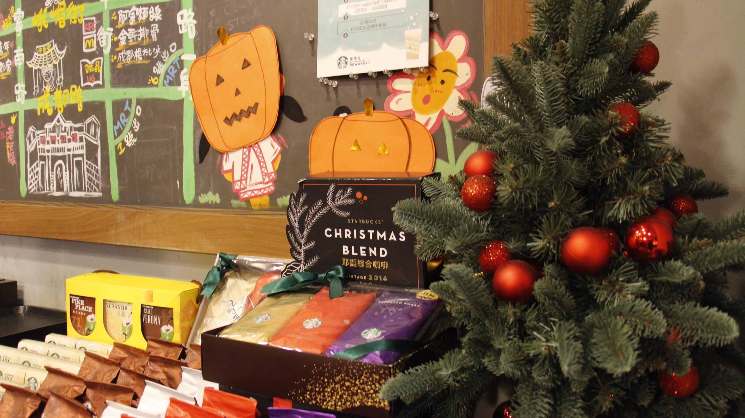 為配合聖誕節,販賣飲料或餐點的店家多會推出季節性商品,結合聖誕主題或相關包裝。攝影/張子怡