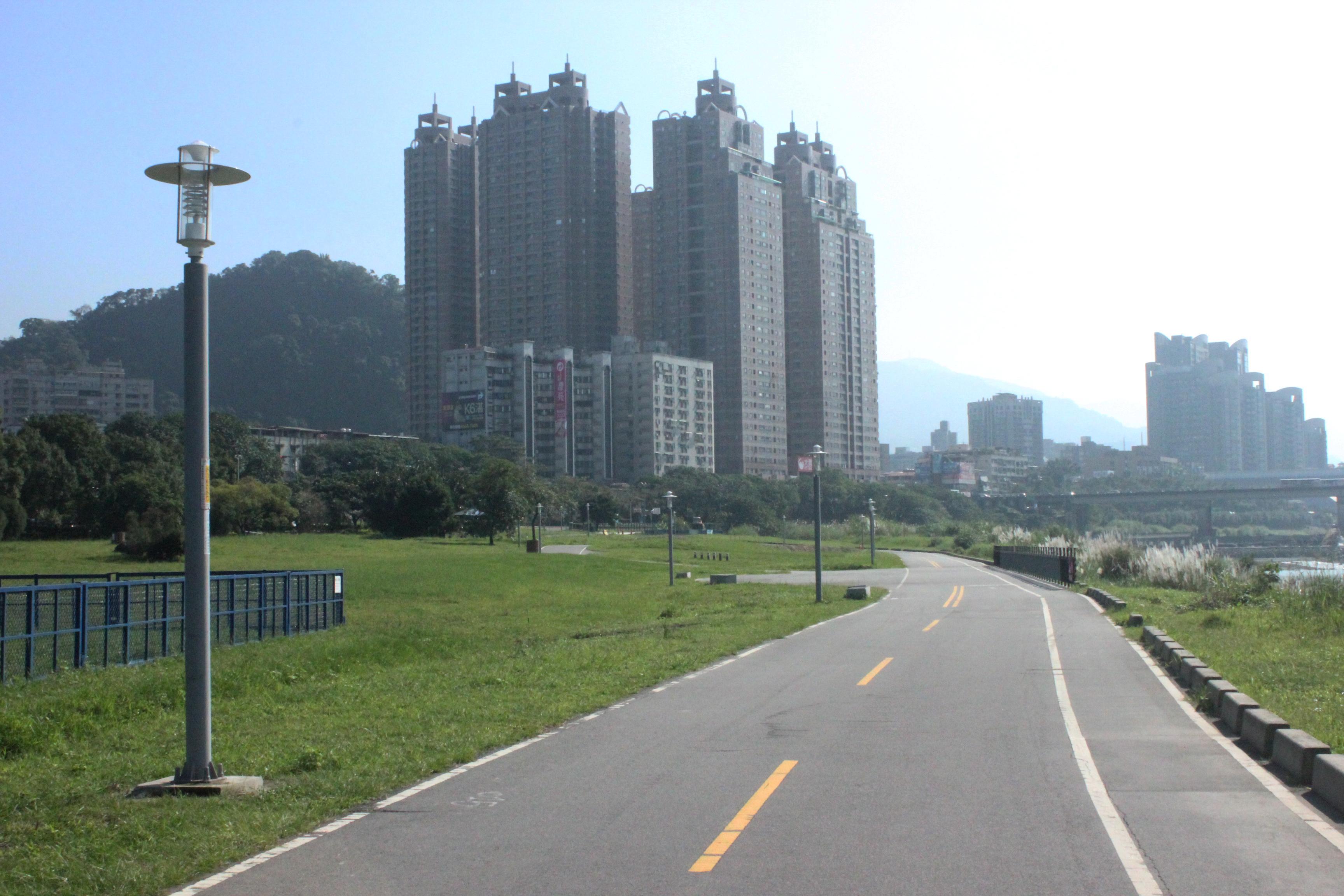 道路拓寬並分成自行車道及行人專用道。攝影/蔡郁萱