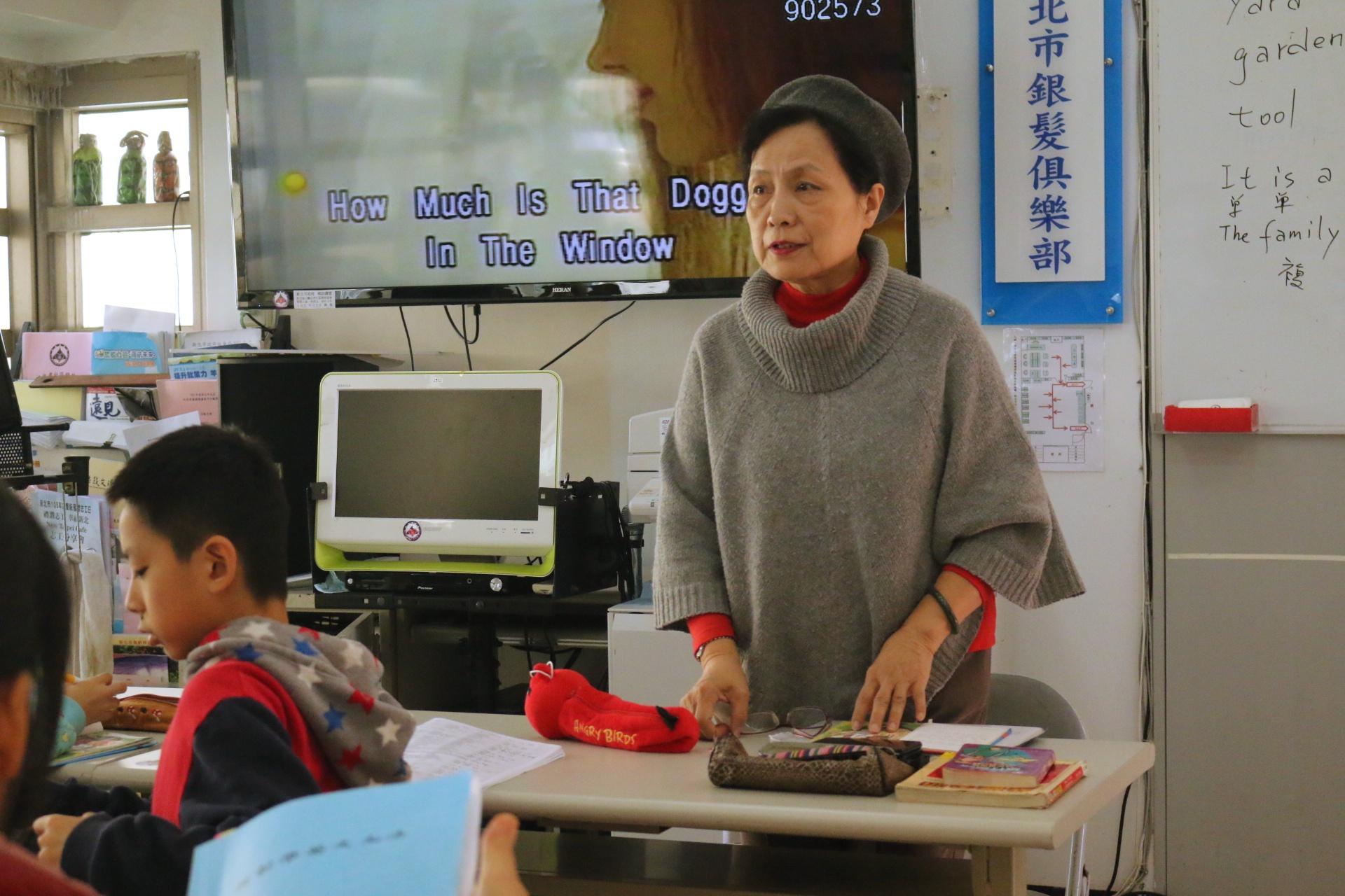 英文老師認真教導學生。 陳沛婍/攝影