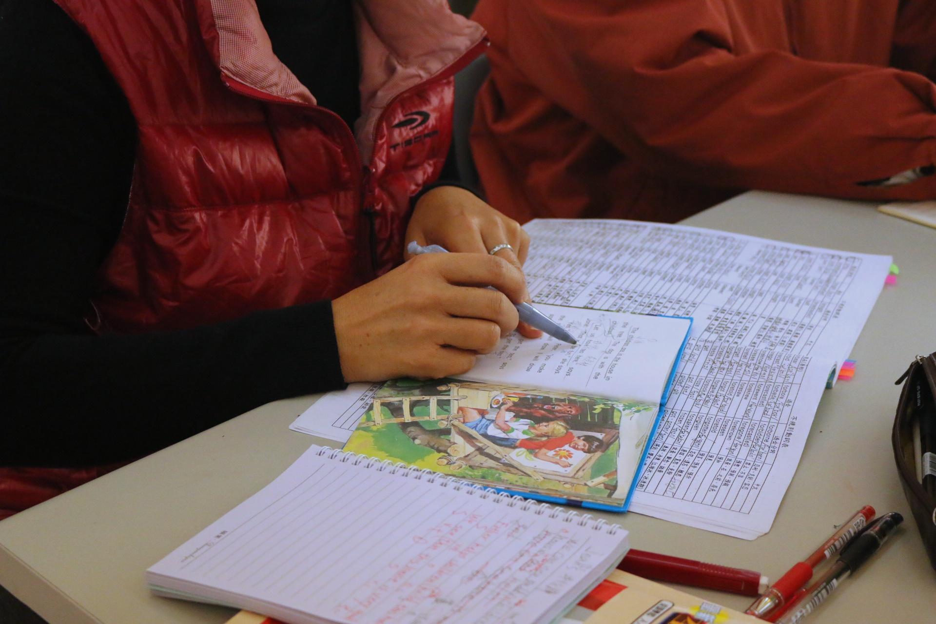 學員在課本上畫重點。攝影/陳沛婍。