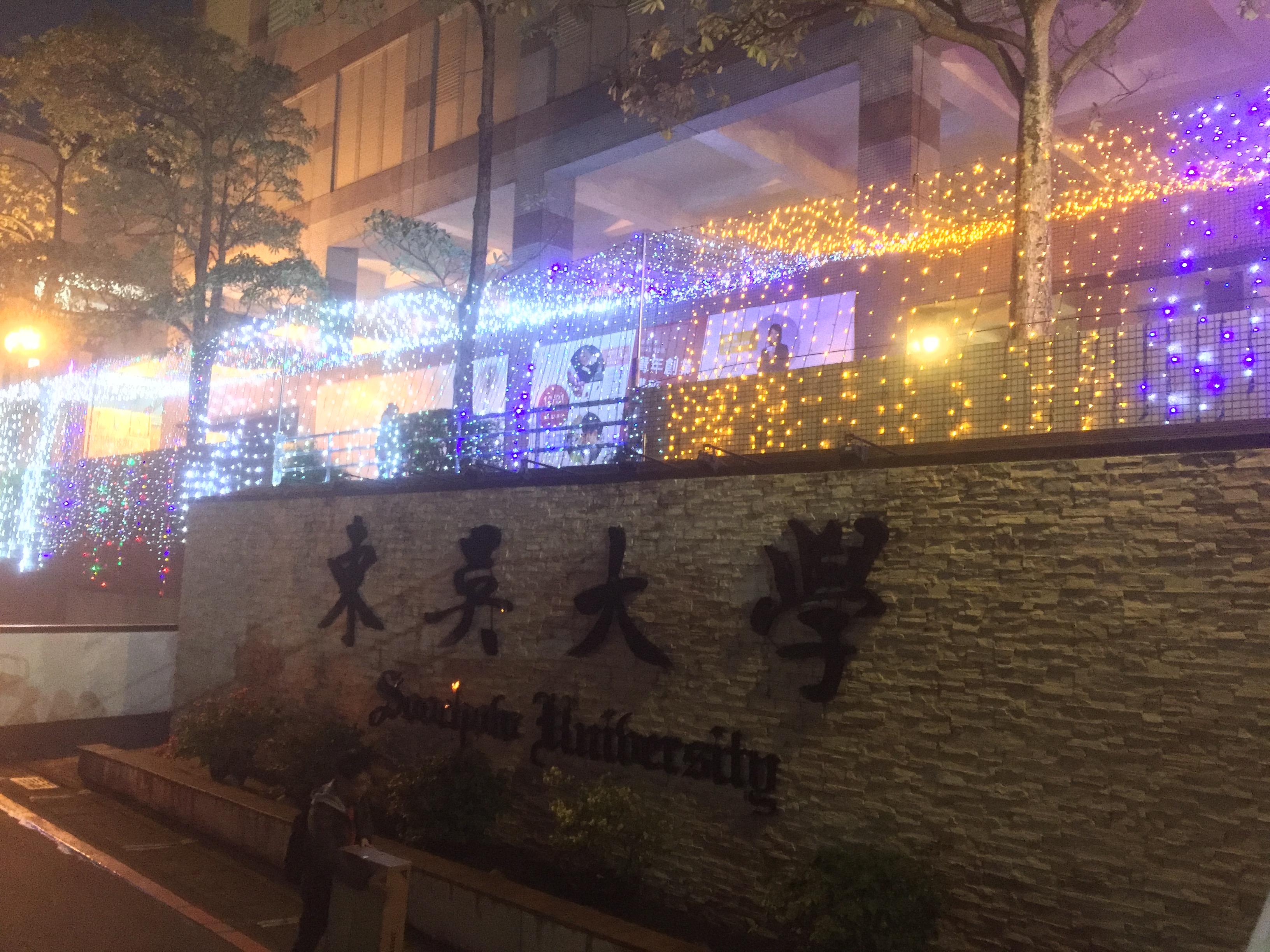 一走進東吳大學,就可以感受濃濃耶誕氣氛。攝影/蔡秉均