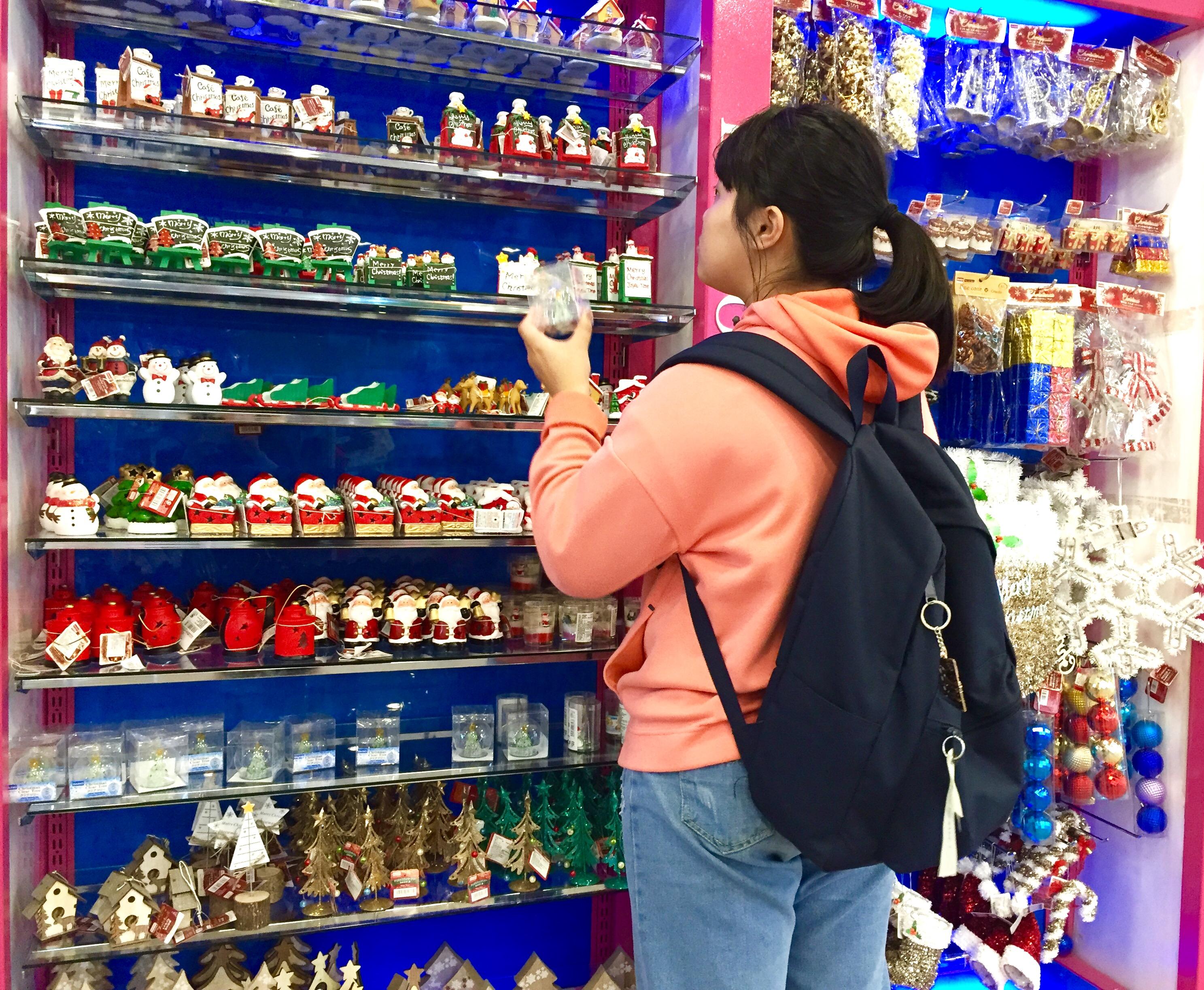 百貨類店家另設有聖誕專區,提供聖誕節相關裝飾、擺設產品。攝影/楊詠晴