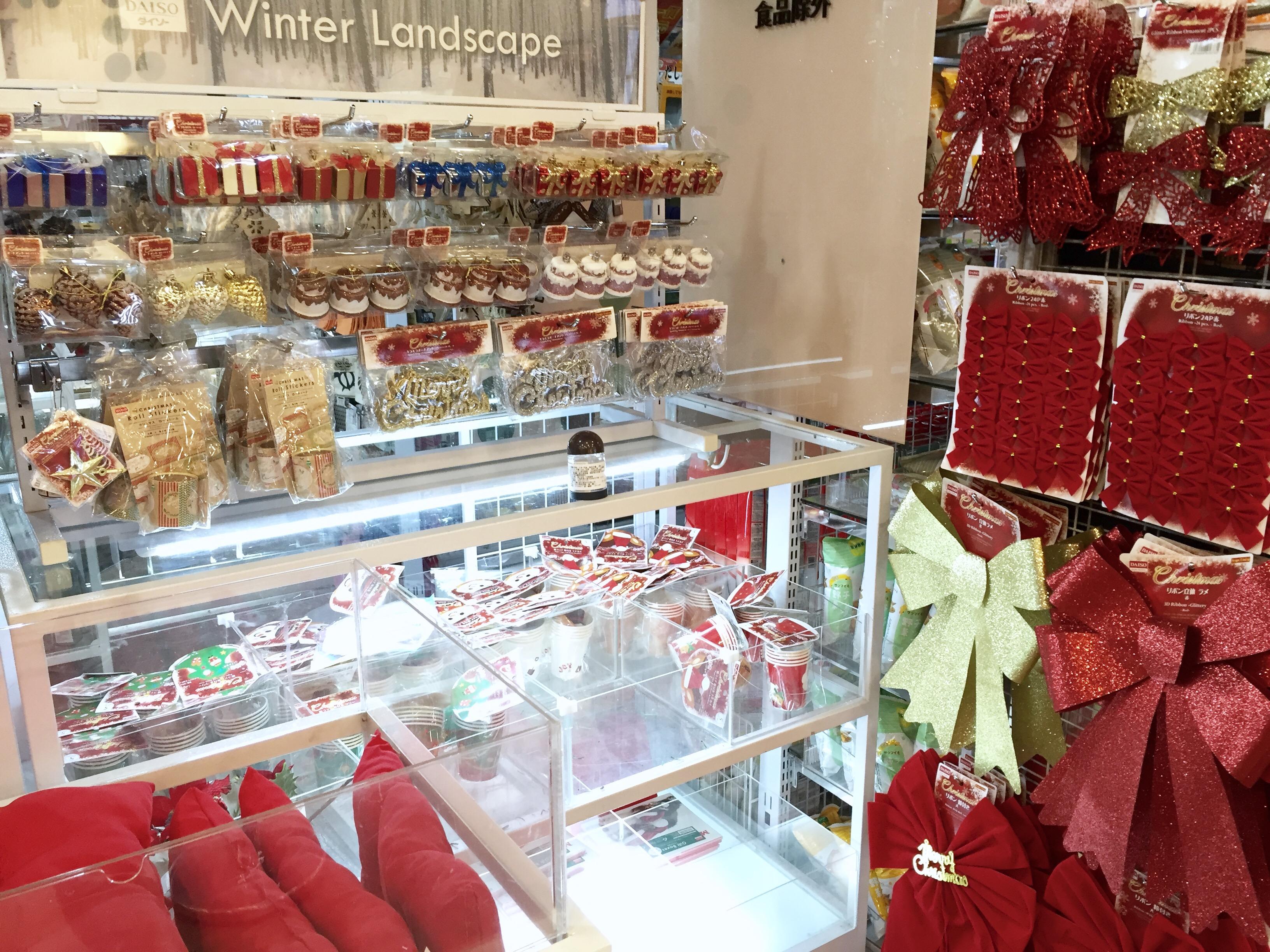 百貨業者於耶誕節期間販售符合佳節氣氛的裝飾品。攝影/楊詠晴