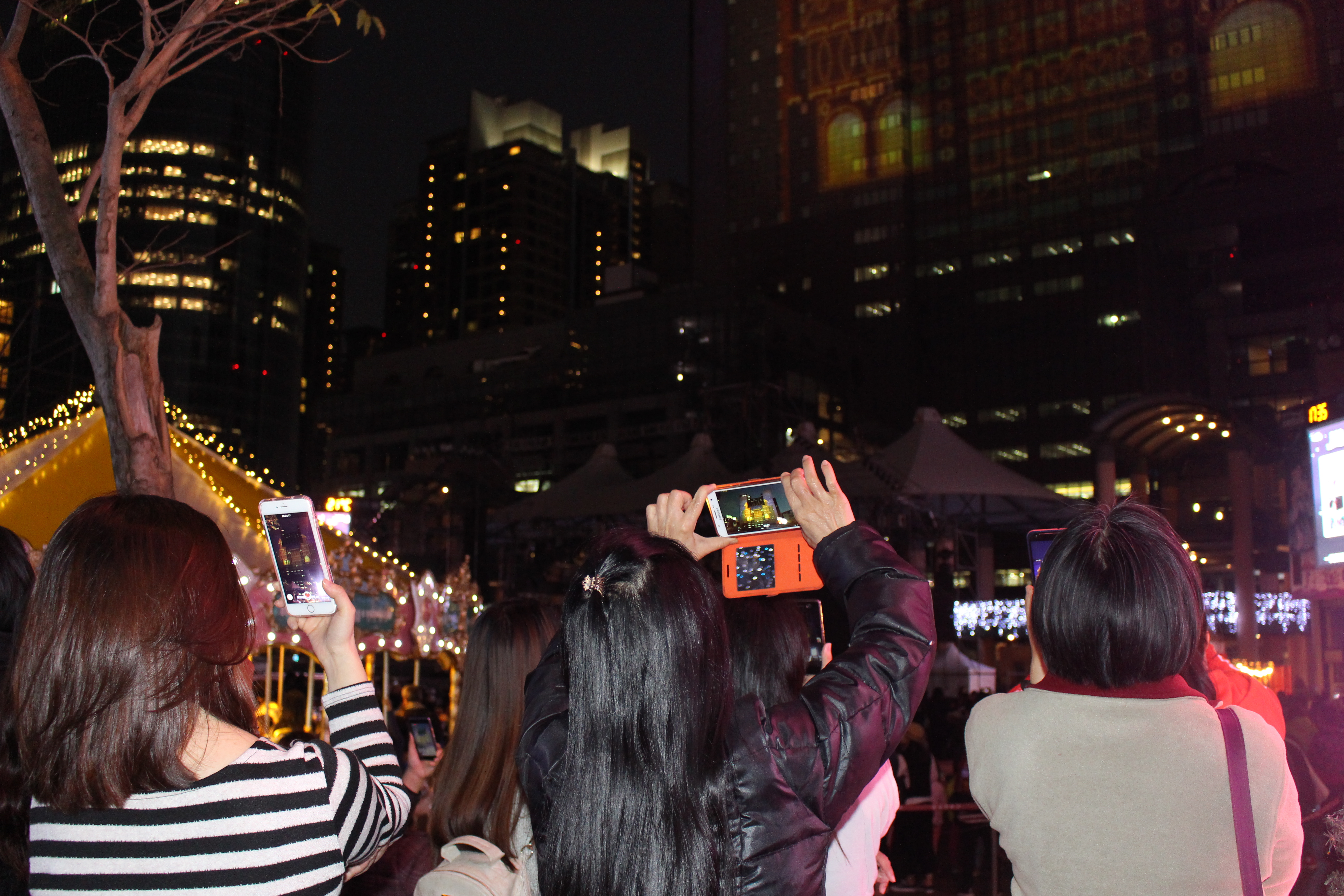 People are taking photos of the light show. Photo/Hu, Fan(胡凡)