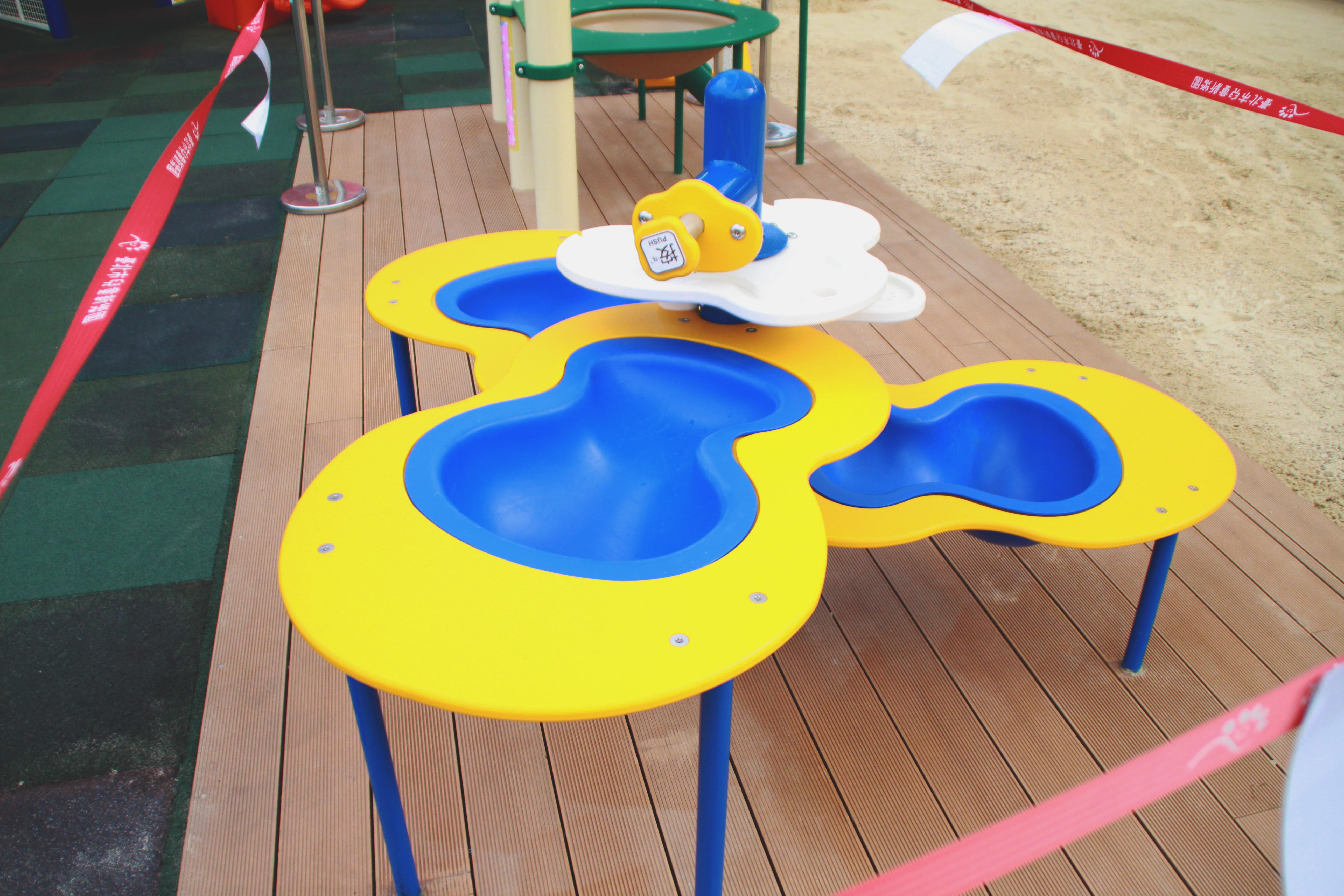 共融性玩水台,讓輪椅族群及各身高孩童都能使用遊具。攝影/林欣頻