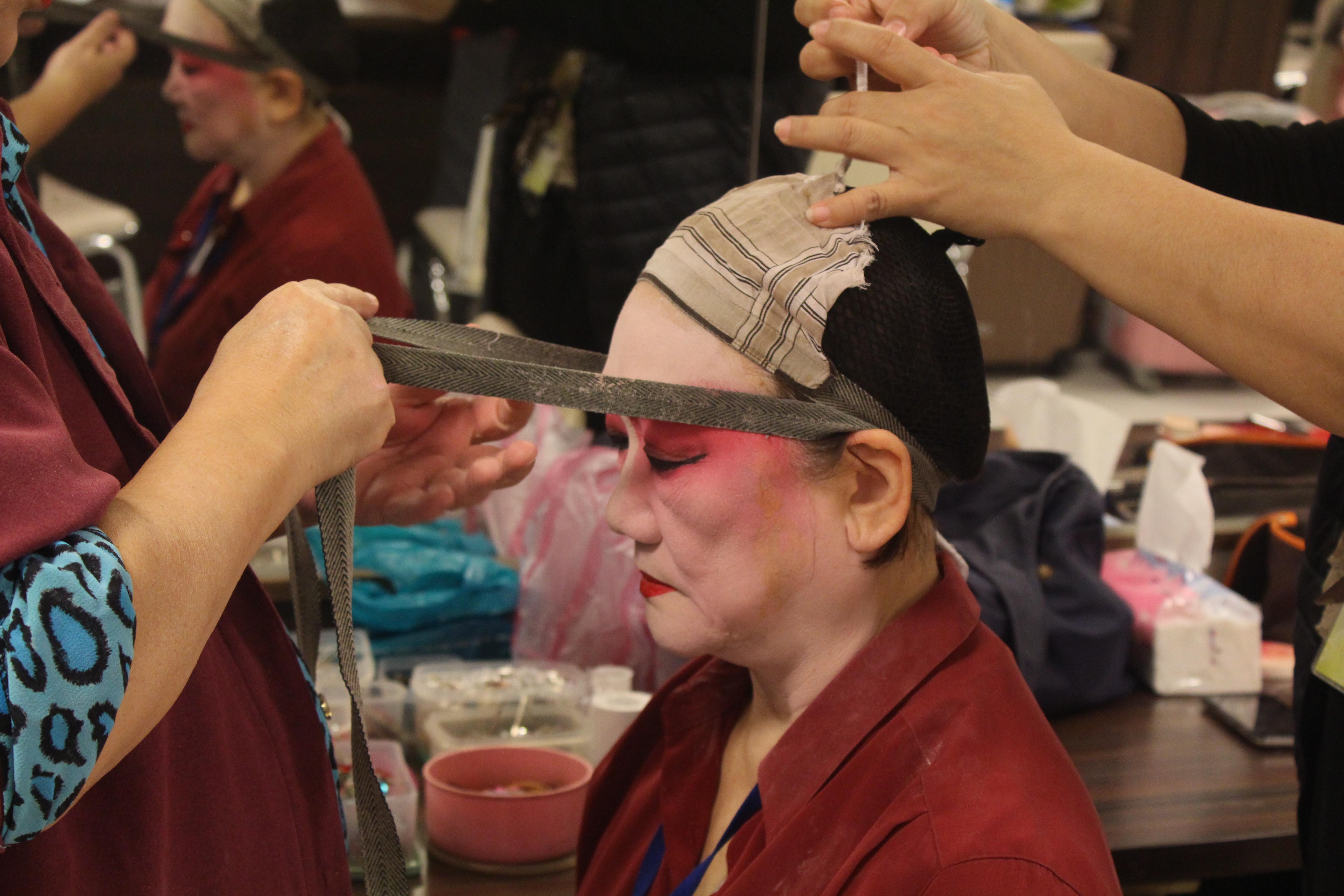 為了讓演員的眼神看起來炯炯有神,會使用布條,將眼尾往頭頂高高吊起。