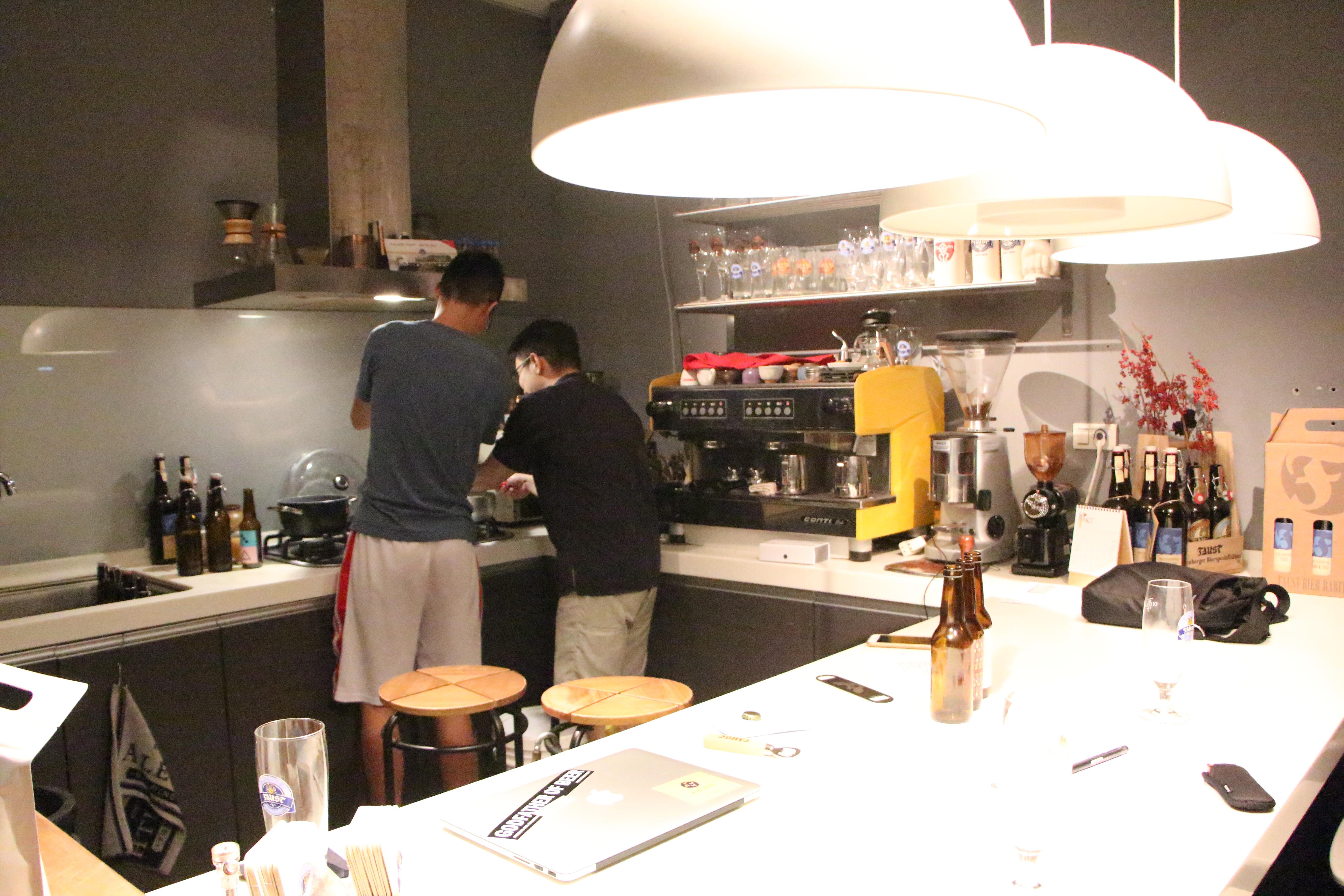 禾餘麥酒團隊專注於釀造和對台灣傳統弄夜的關懷,盼望藉由啤酒找回在地農作的價值。攝影/黃愔晴