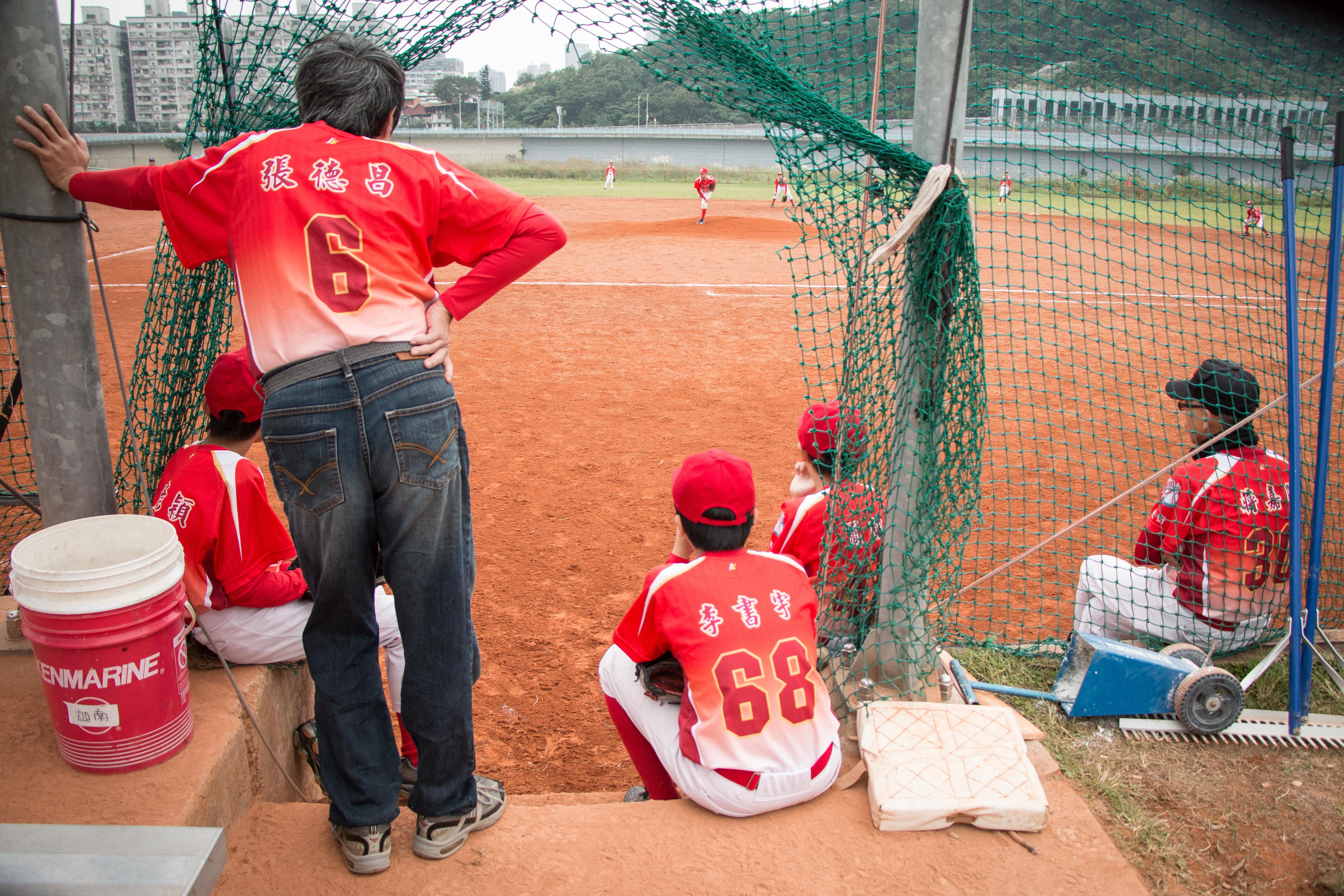 小球員們心繫場上隊友的表現,氣氛緊張。攝影/李振均