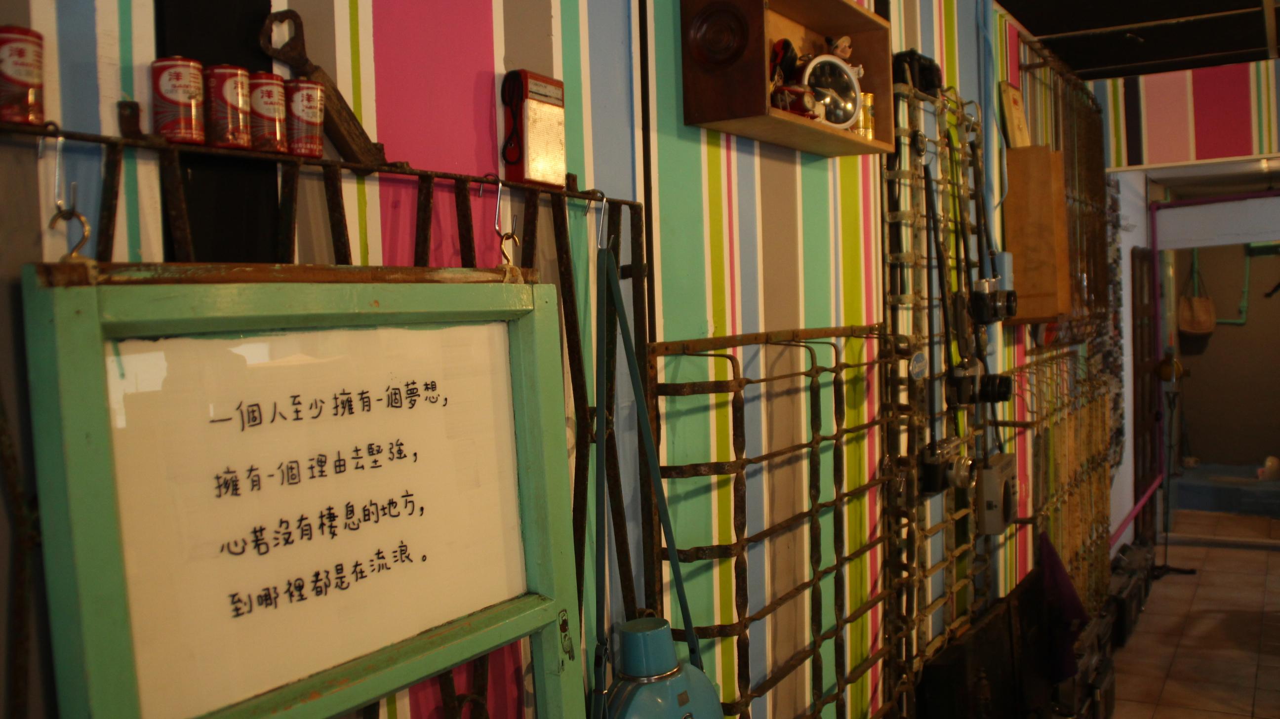 李老闆從高中就開始收集文物,店內擺設都是他的收藏品。