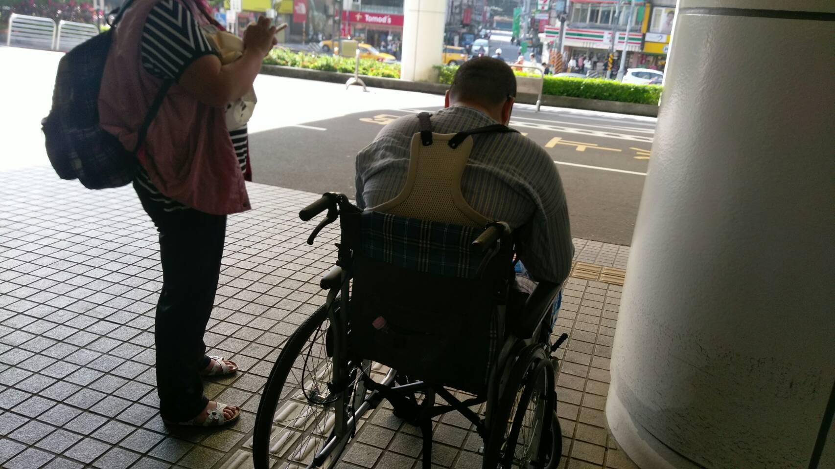 使用手推式輪椅作為輔具的行動不便民眾。攝影/林聖捷