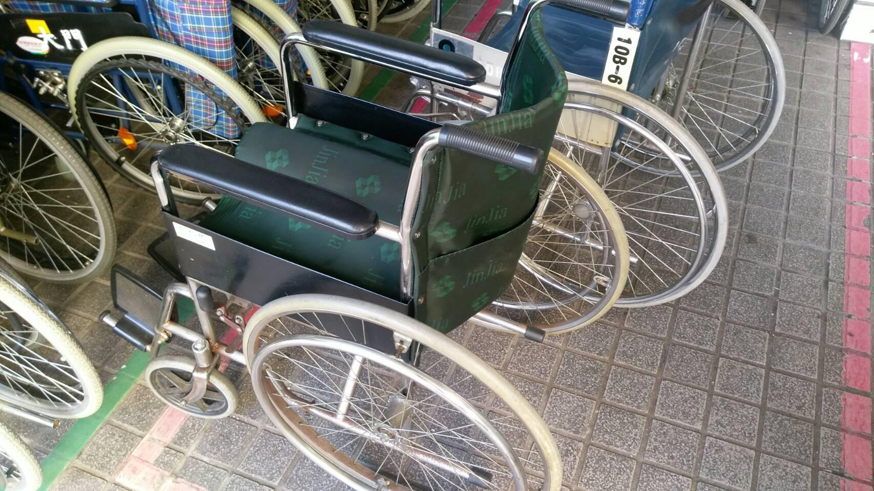 手推式輪椅是常見的一種輔具,許多大型醫院 也有提供。攝影/林聖捷